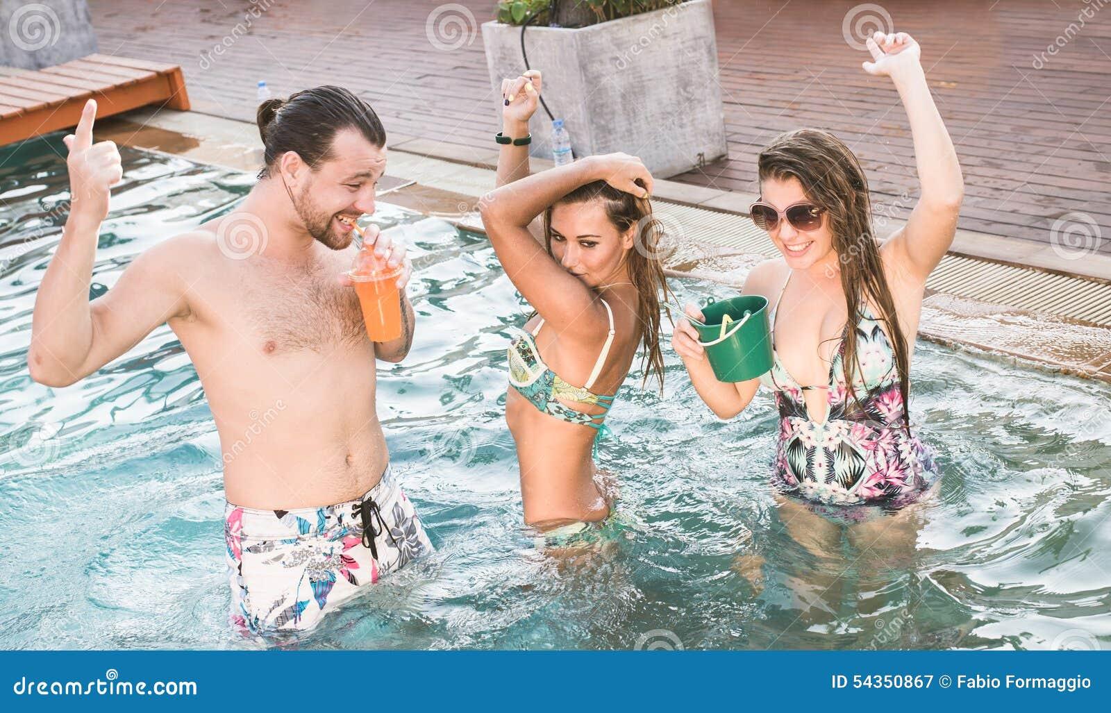Przyjęcie w pływackim basenie