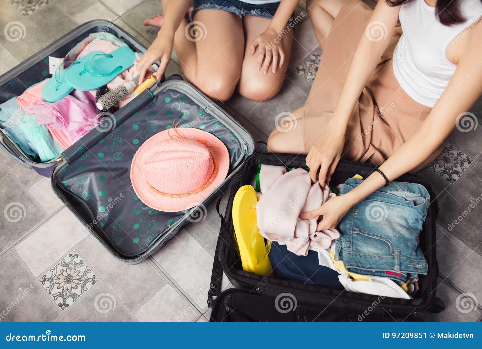 Przyjaźń Podróż Dwa azjatykciego młoda kobieta przyjaciela pakuje trav