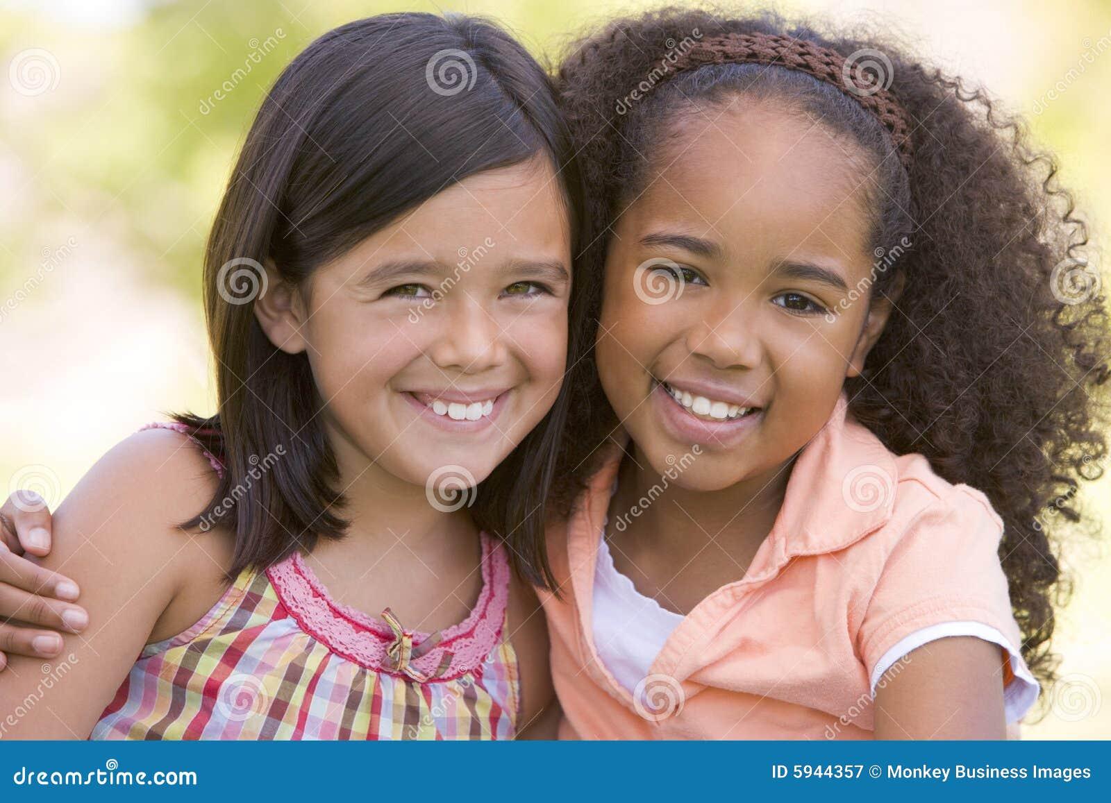 Przyjaciel dziewczyna siedzi na dwóch młodych