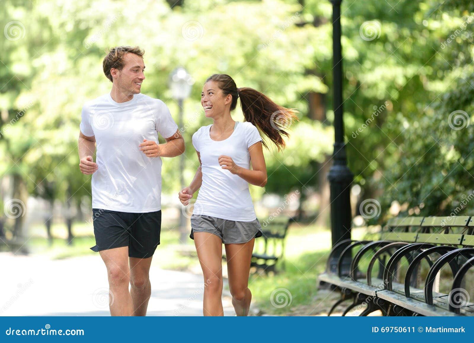 Przyjaciel pary szczęśliwy bieg w miasto parku wpólnie