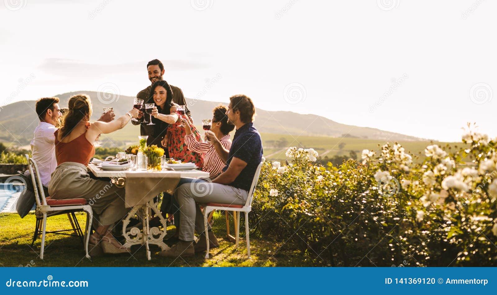 Przyjaciele świętuje specjalną okazję z napojami