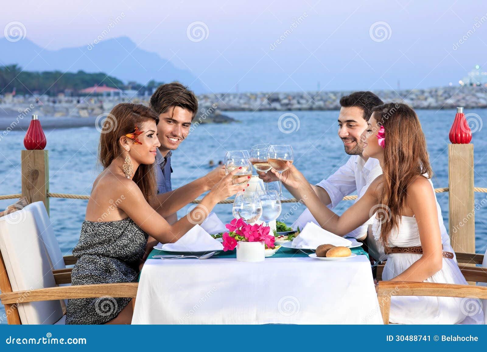 Przyjaciele świętuje przy nadmorski restauracją