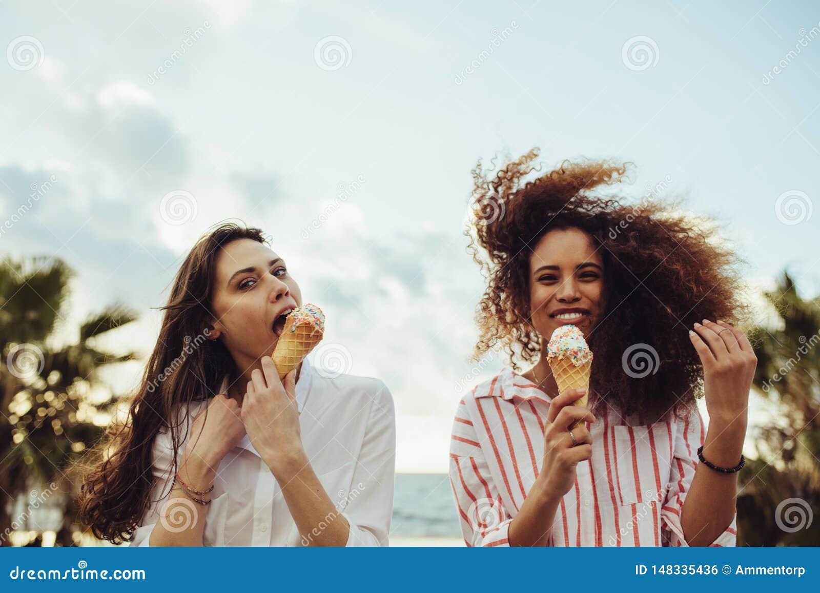 Przyjaciele cieszy się łasowanie lody