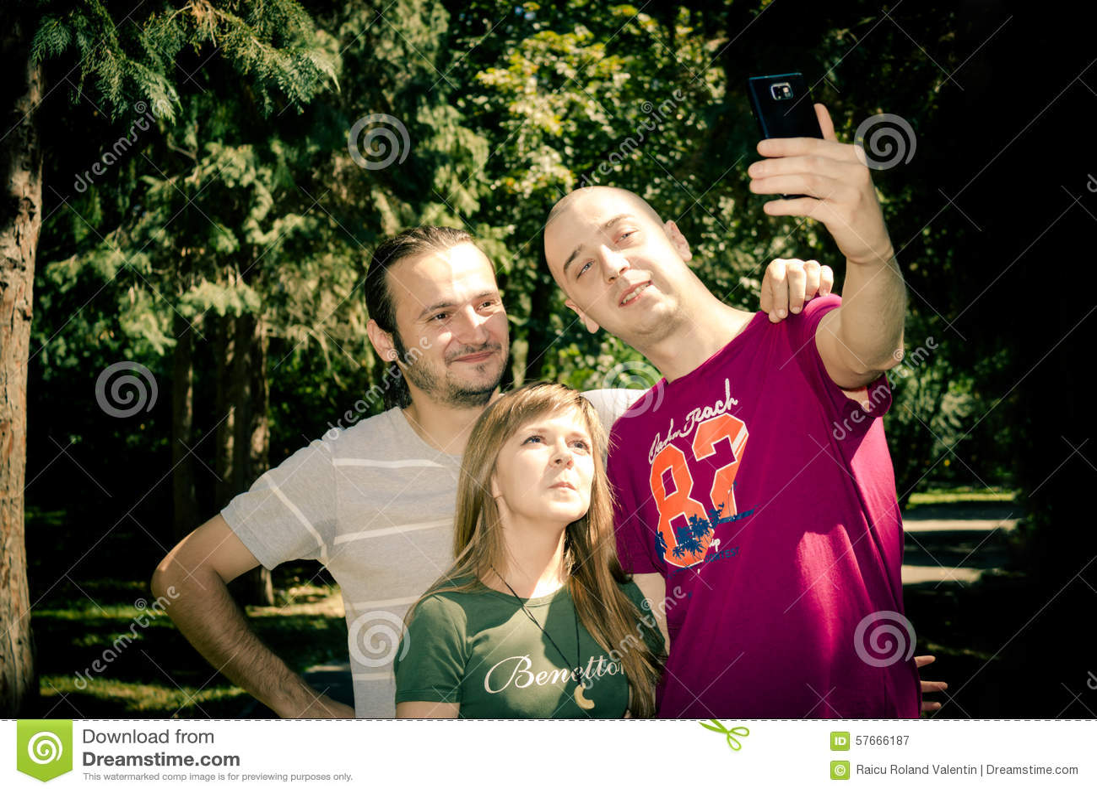 Przyjaciele grupują brać selfie