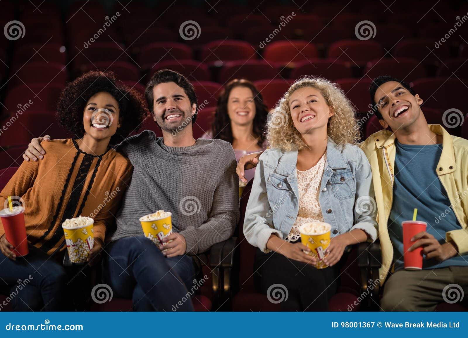 Przyjaciele ogląda film