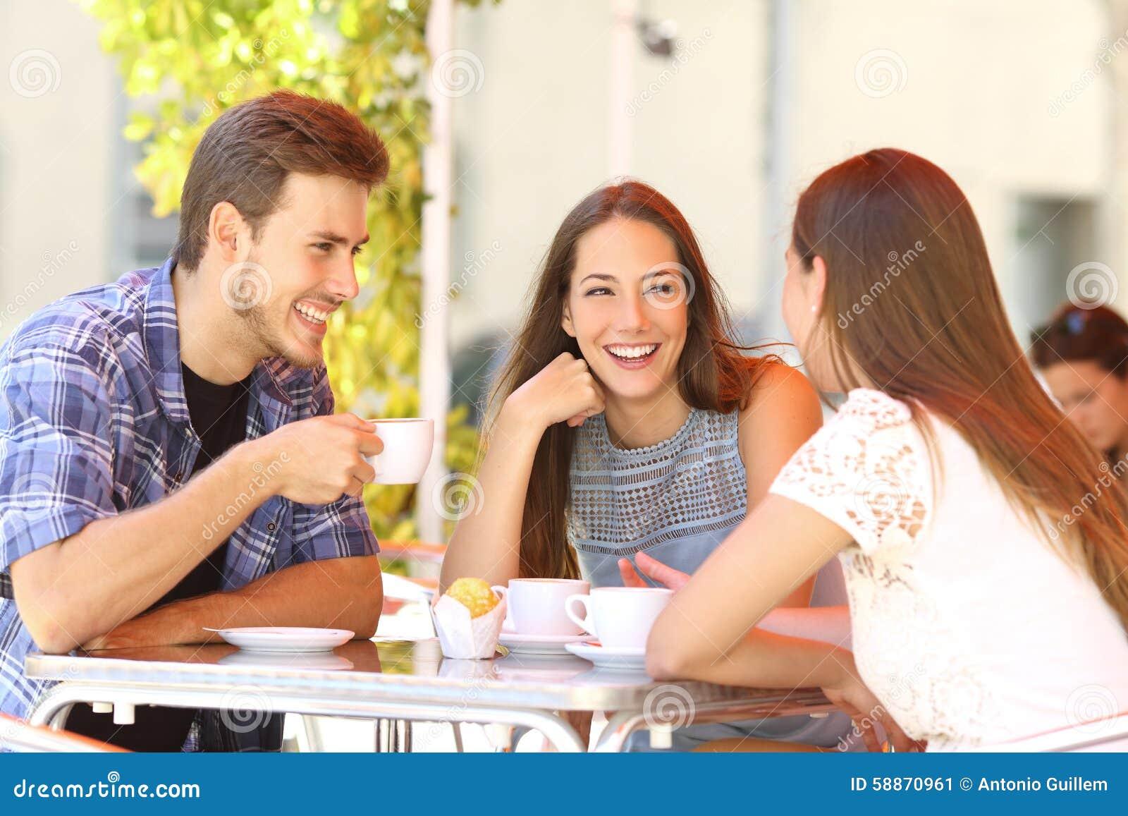 Przyjaciele opowiada w sklep z kawą tarasie