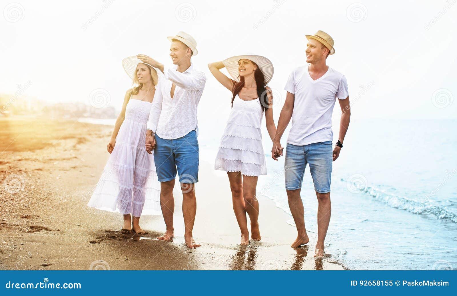 Przyjaciele plażowi szczęśliwi