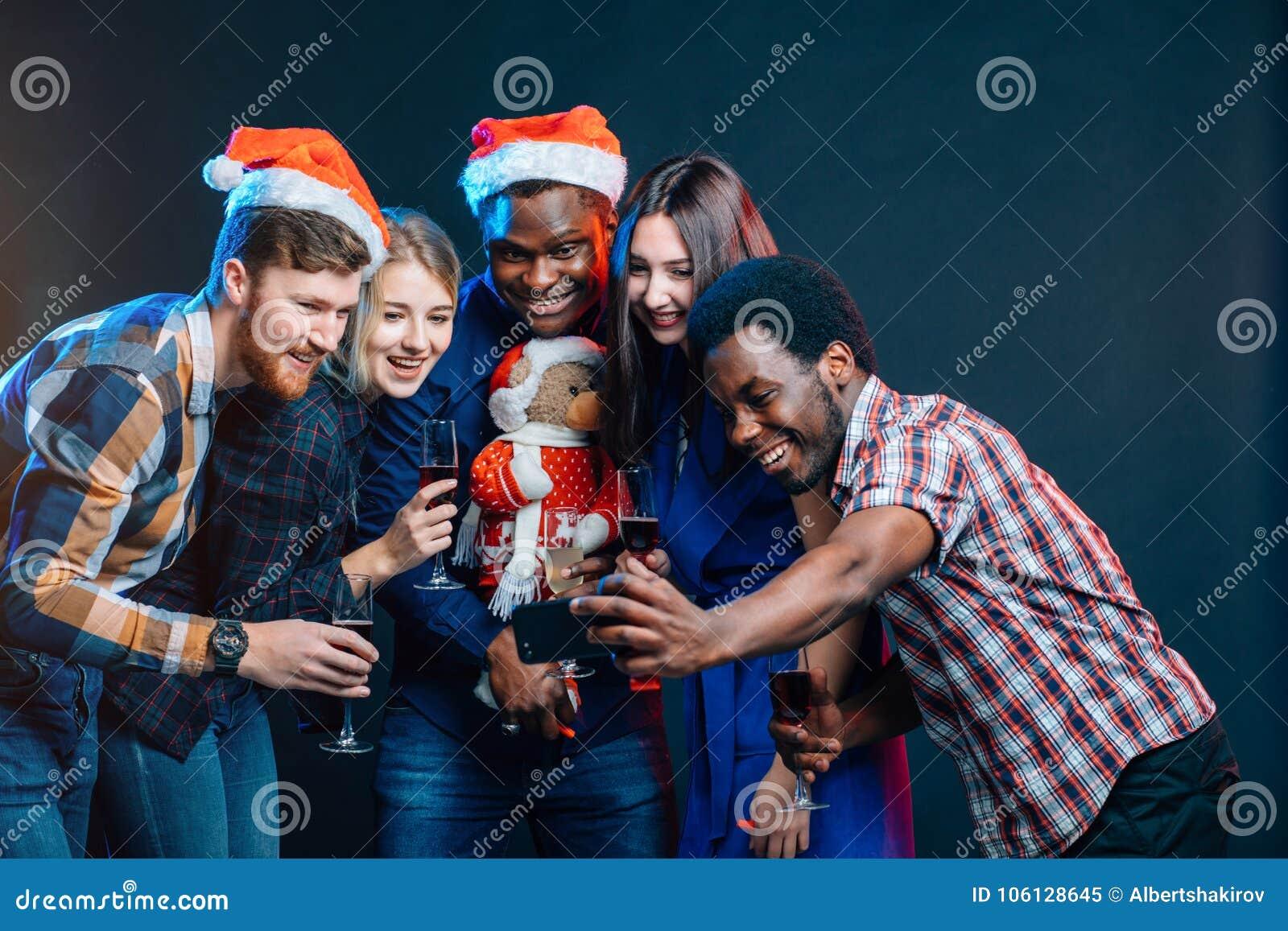 Przyjaciele przy klubem robi selfie i ma zabawę bożych narodzeń pojęcia nowy rok
