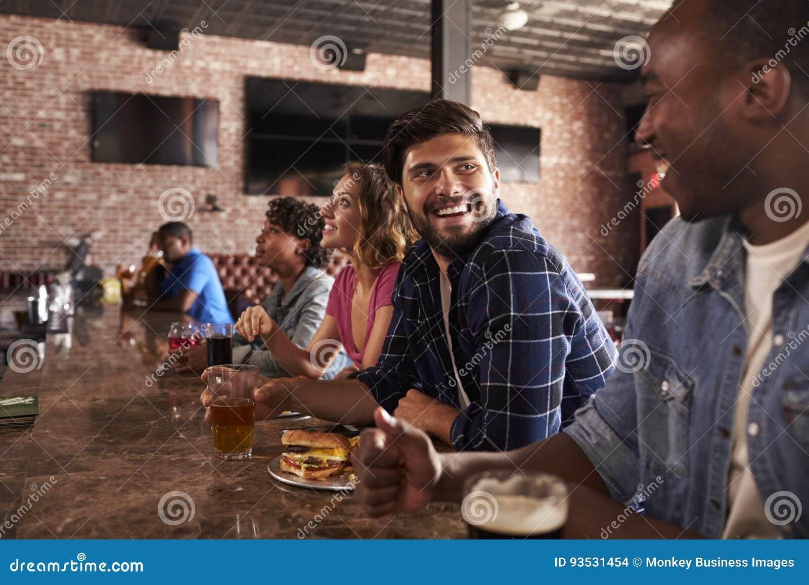 Przyjaciele Przy kontuarem W sporta baru dopatrywania grą