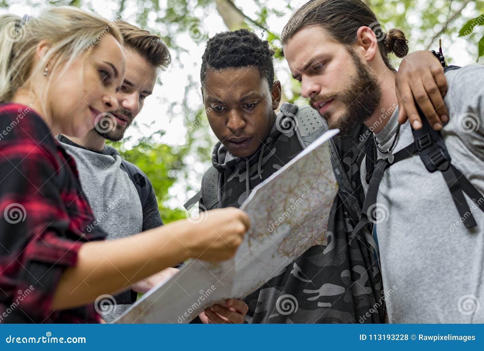 Przyjaciele sprawdza mapę dla kierunku
