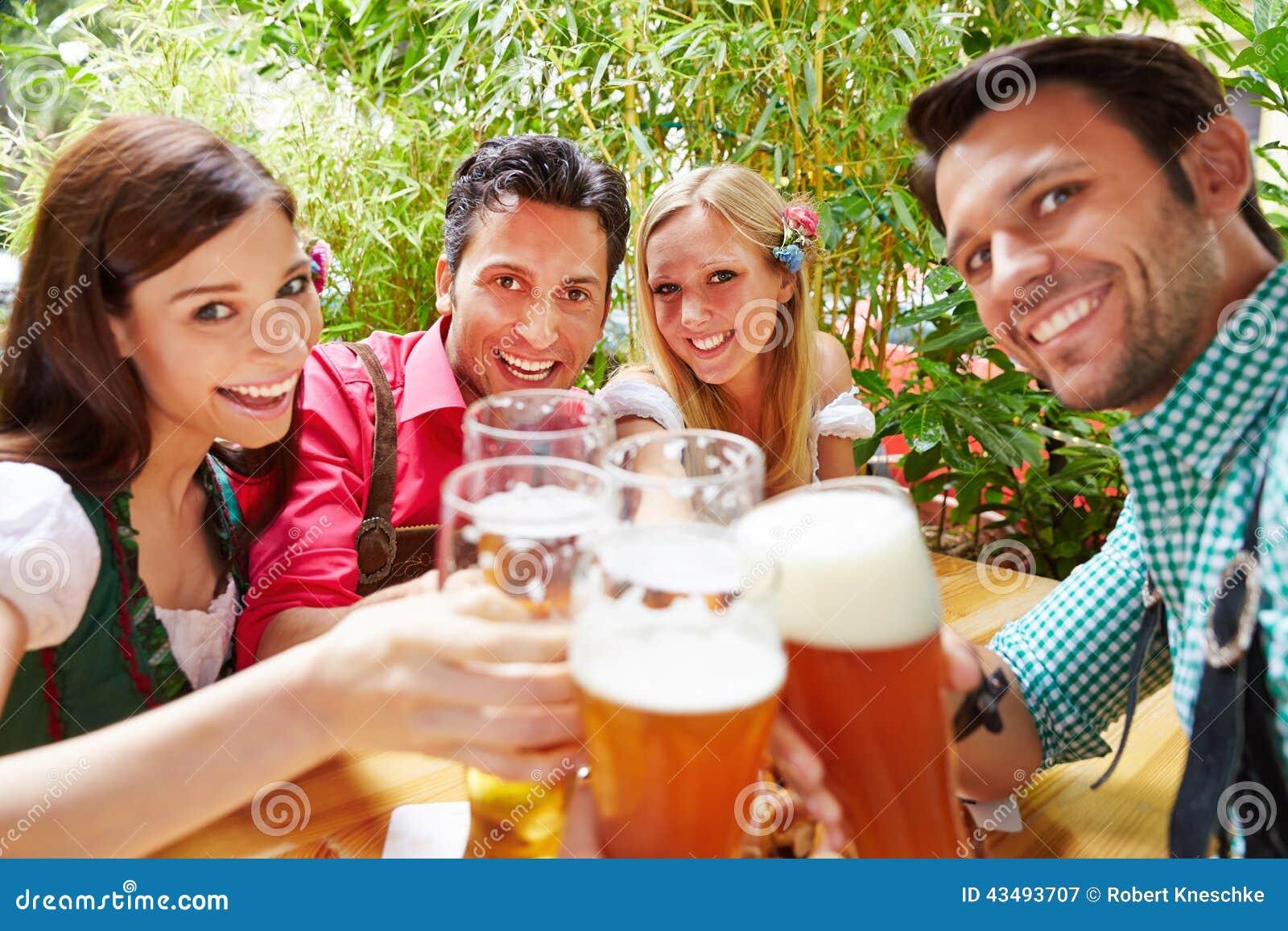 Przyjaciele w piwa ogrodowy clinking