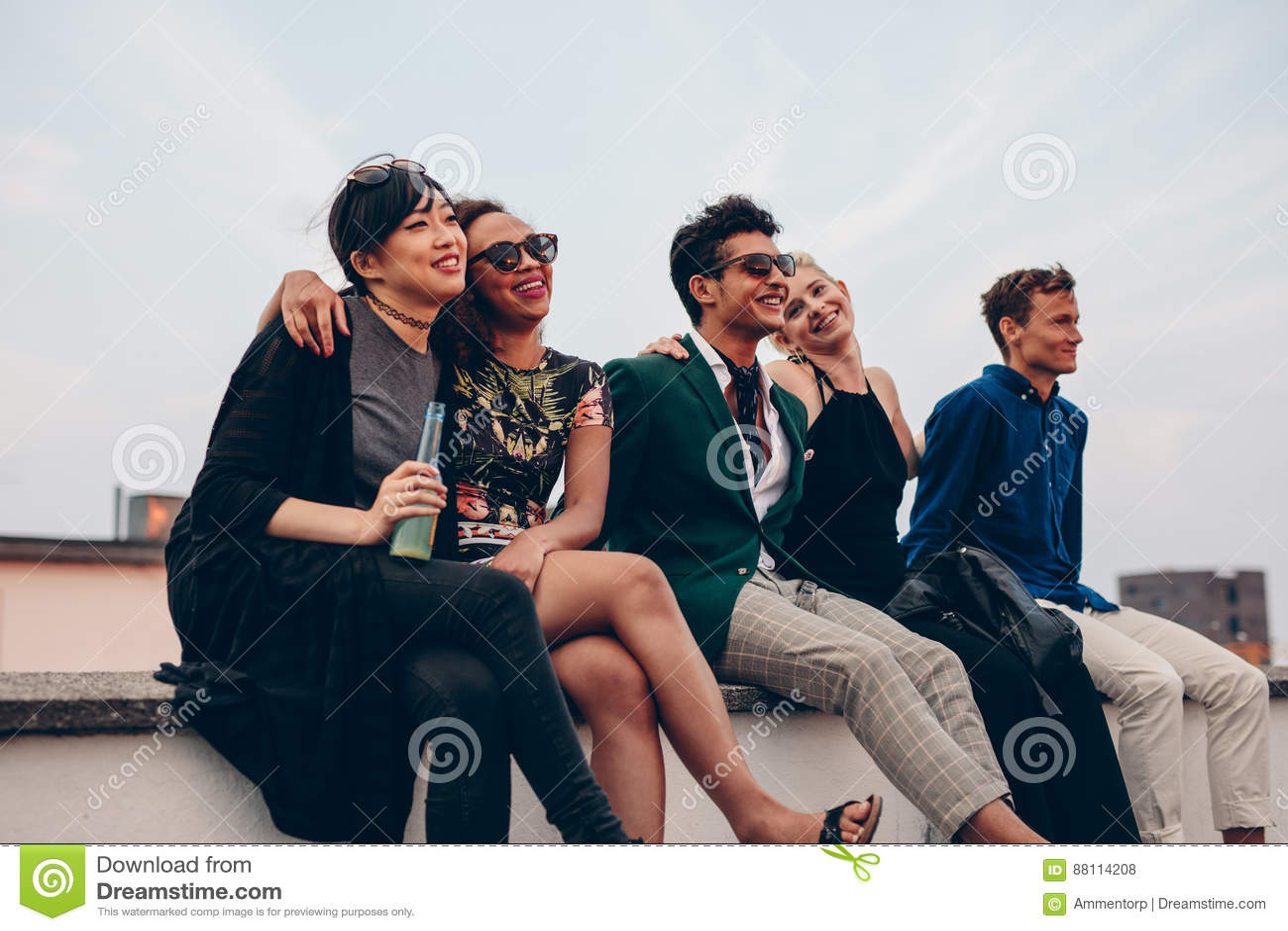 Przyjaciele wiszący na dachu out wpólnie