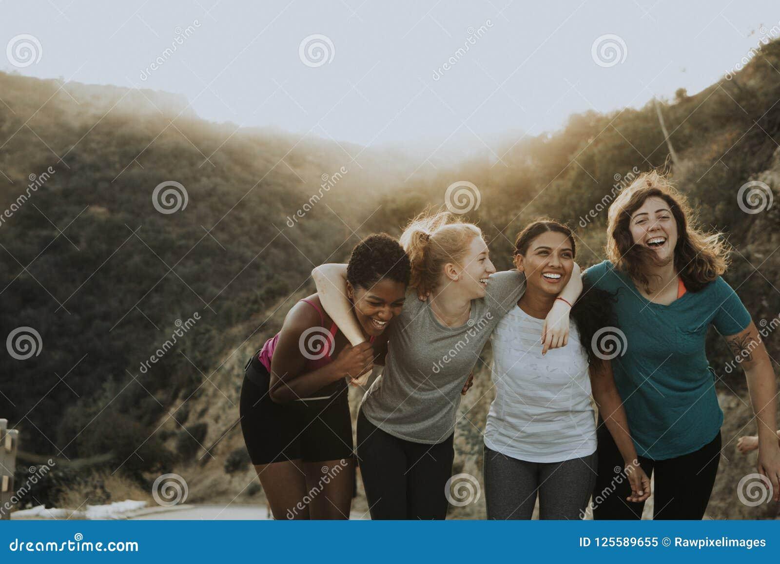 Przyjaciele wycieczkuje przez wzgórzy Los Angeles