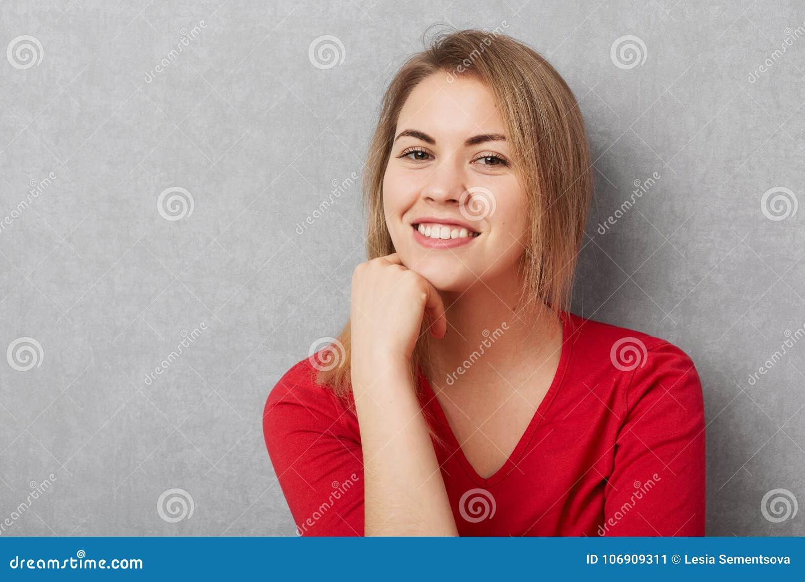 Przyjemna patrzeje zadowolona kobieta przyjemnego uśmiech, demonstruje białych perfect zęby, utrzymanie ręka pod podbródkiem, być