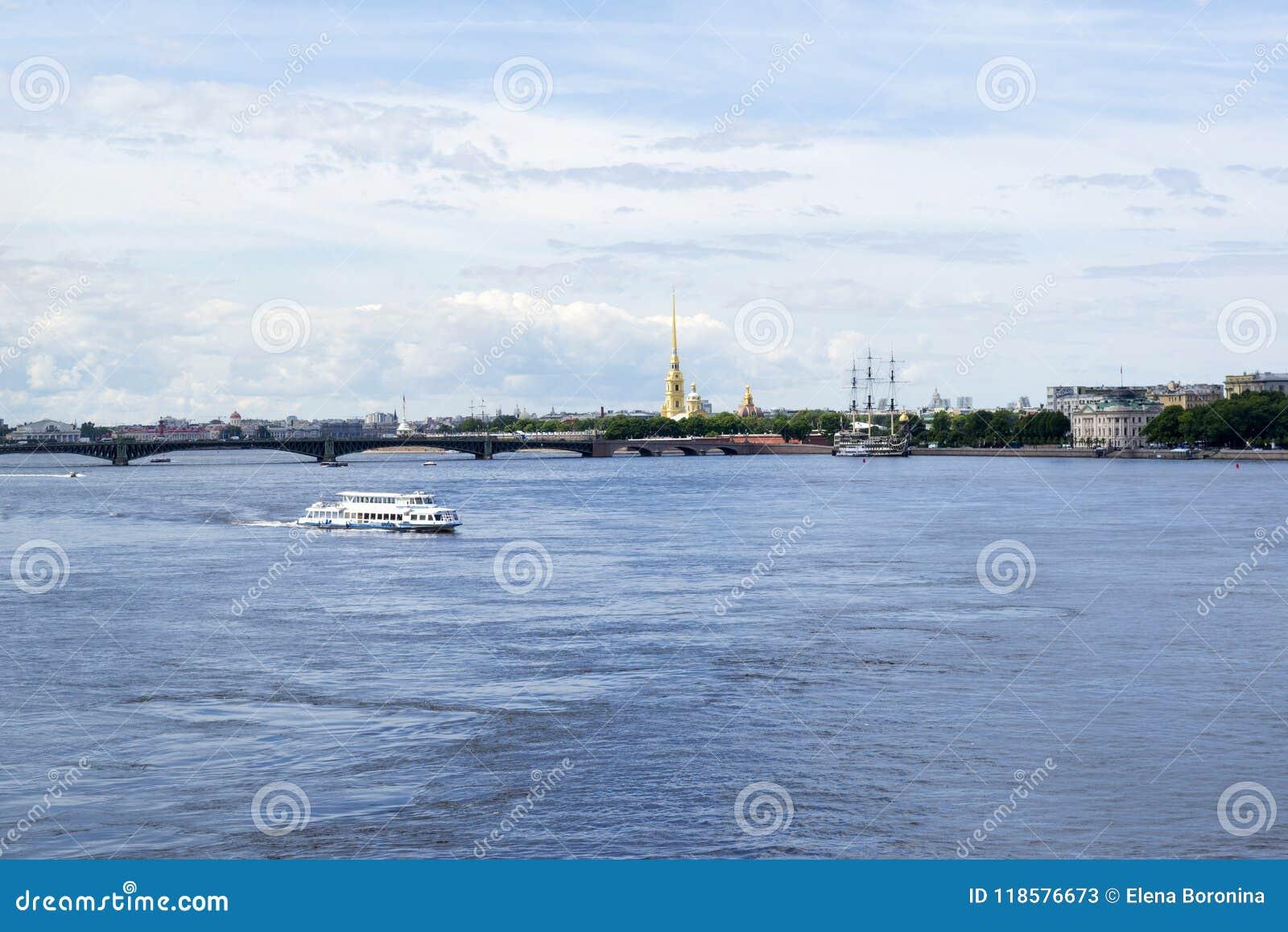 Przyjemności łódź na Neva rzece, iglica Peter i Paul fortres