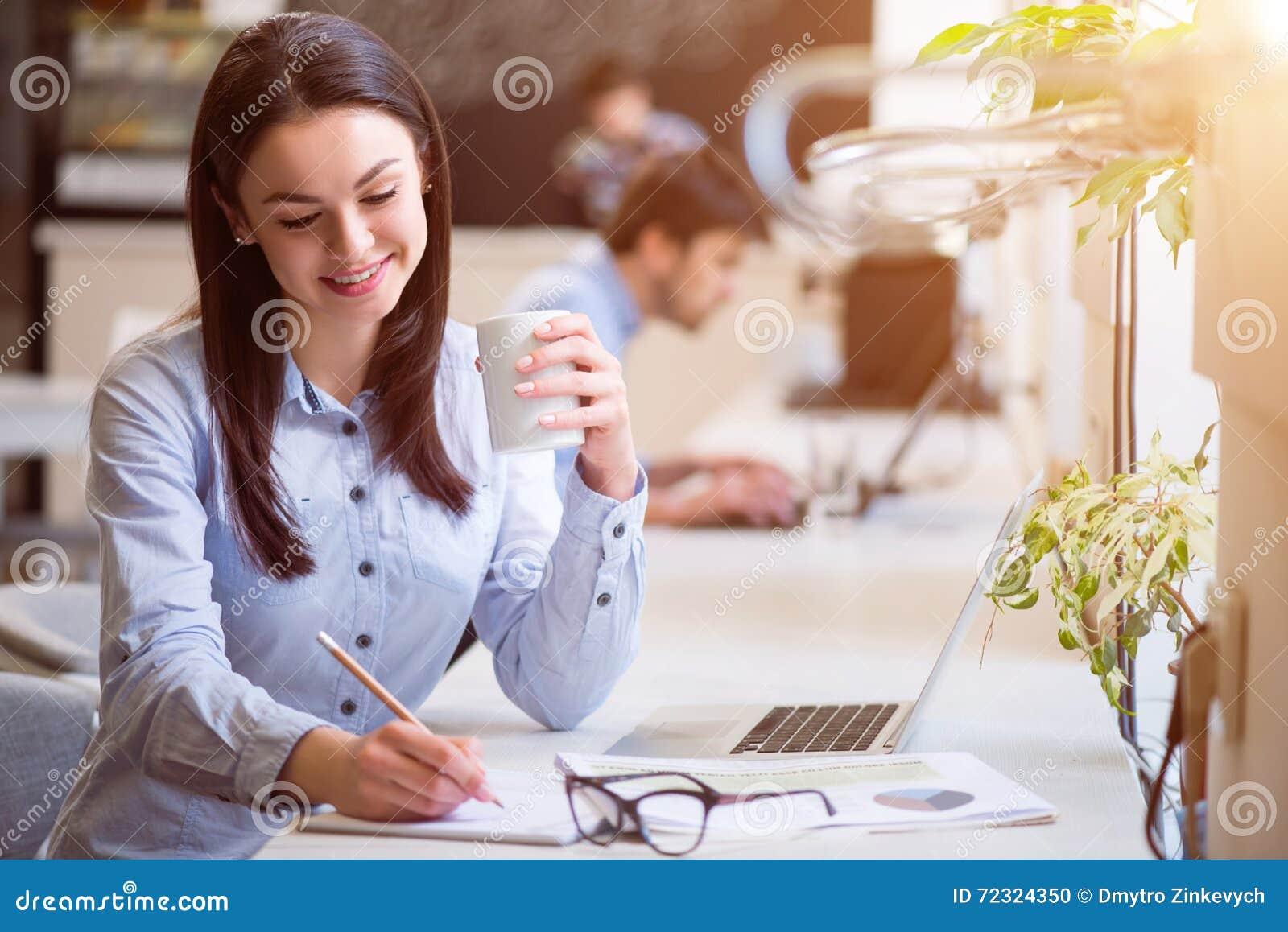Przyjemny piękny kobiety obsiadanie w kawiarni