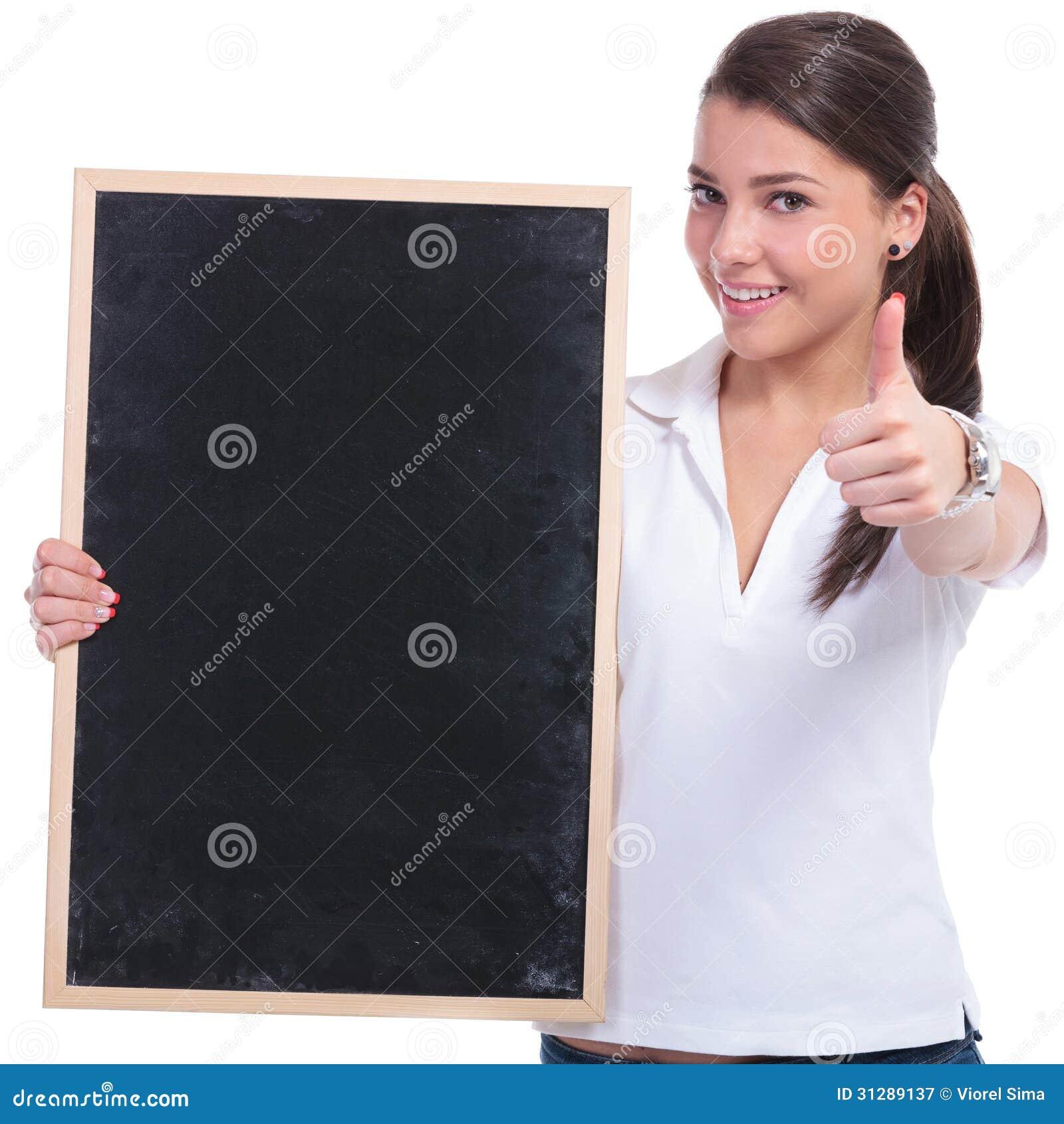 Przypadkowa kobieta z blackboard & ok