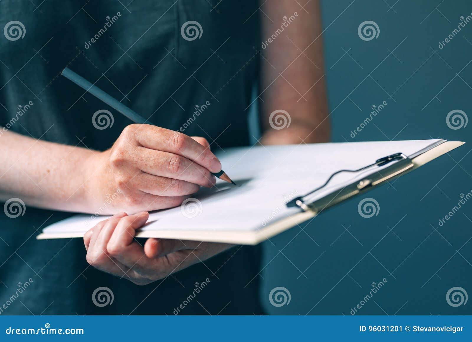 Przypadkowe dorosłej kobiety writing notatki na notepad tapetują