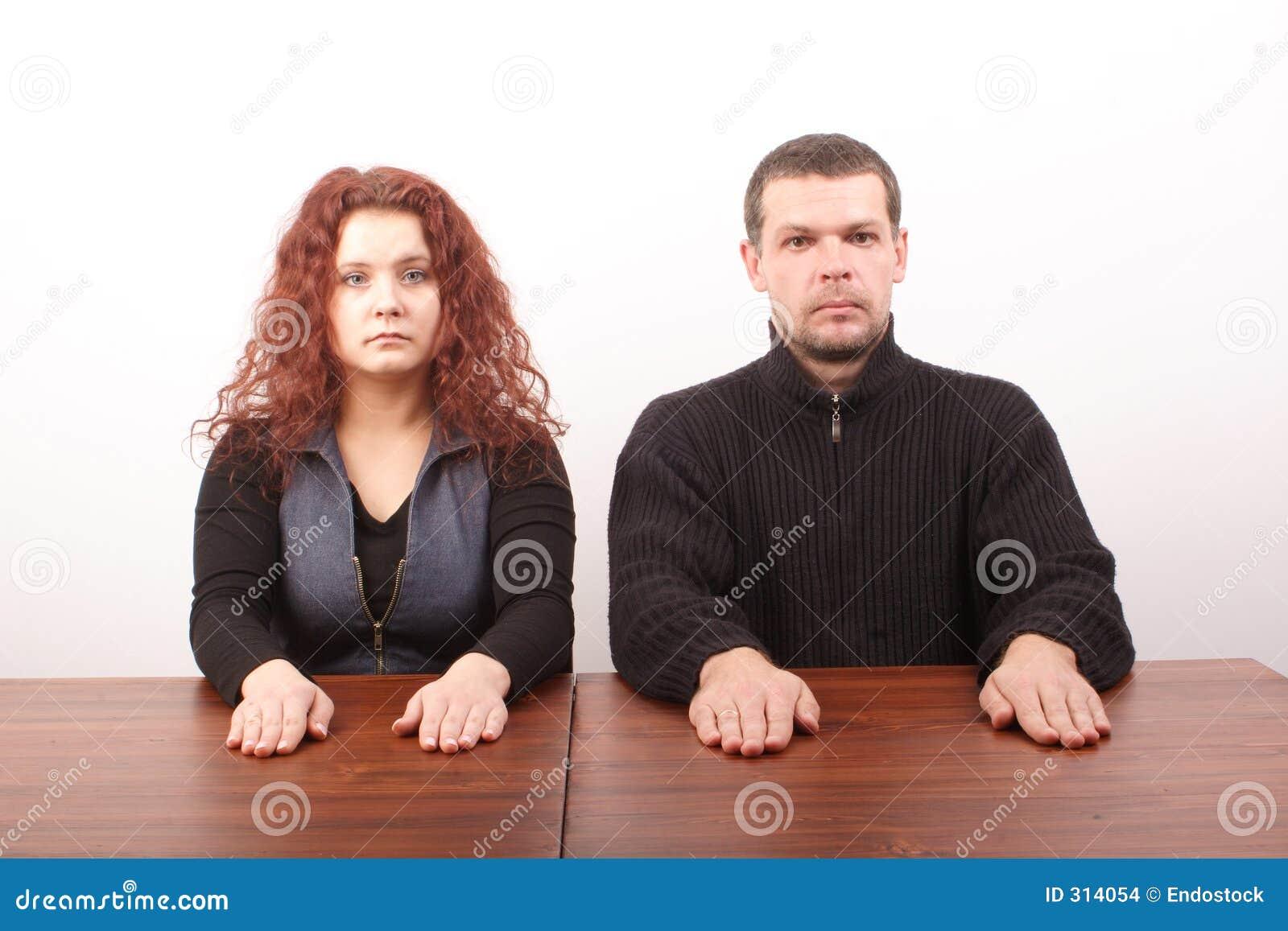 Przypadkowe pary białych posiedzenia stołu