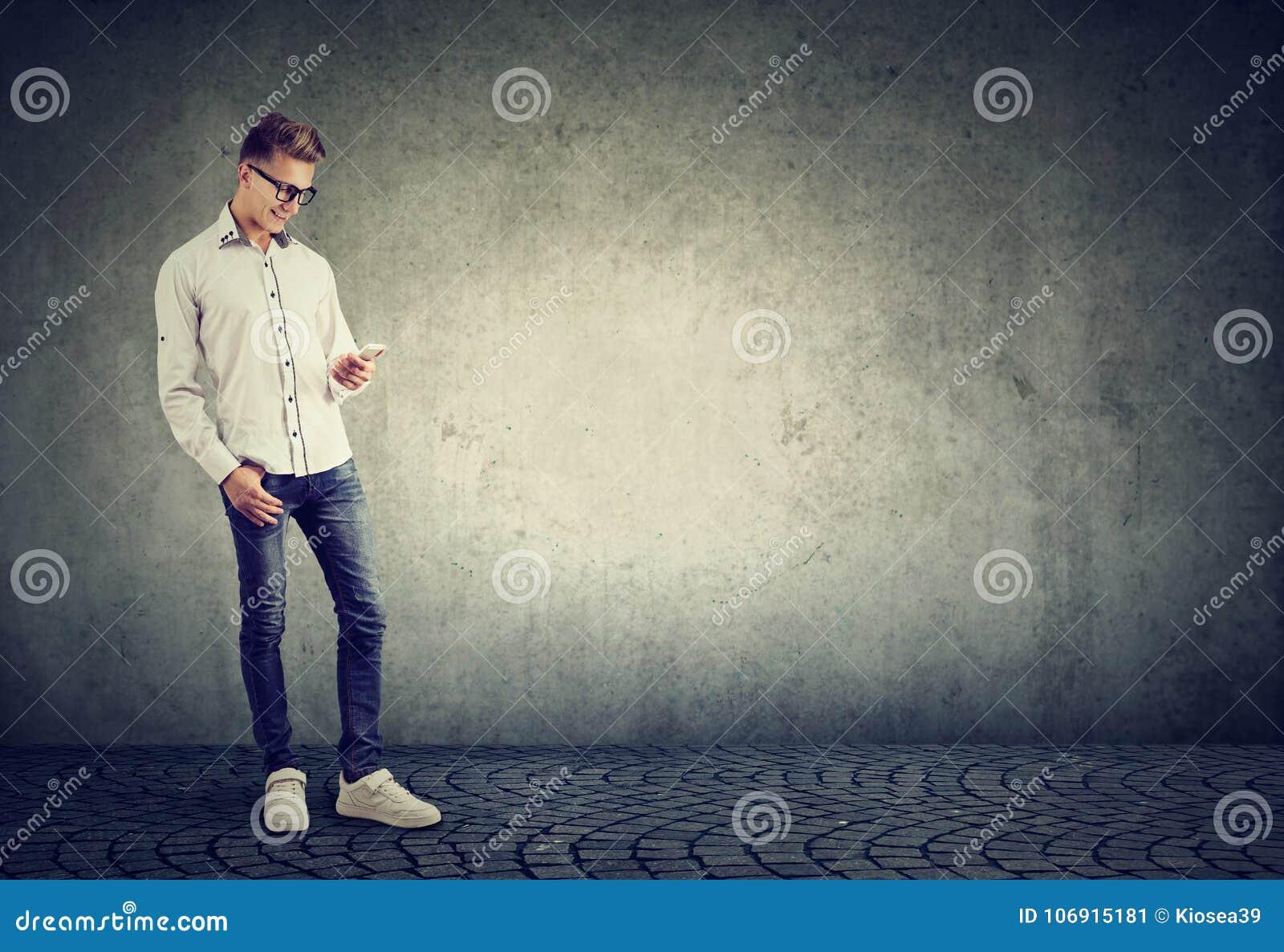 Przypadkowy mężczyzna z telefonem na szarość