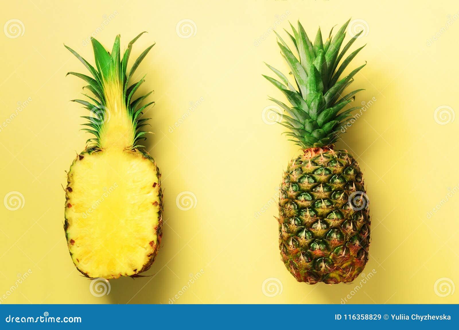 Przyrodni plasterek świeży ananas i cała owoc na żółtym tle Odgórny widok kosmos kopii Jaskrawy ananasa wzór dla