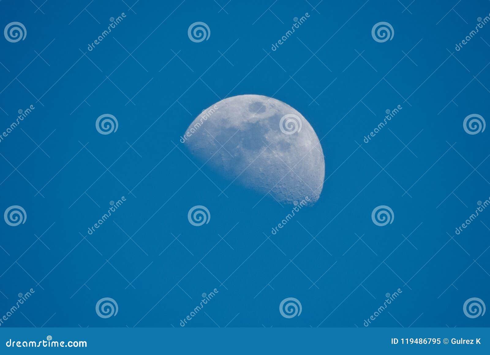 Przyrodnia księżyc w dnia czasie w pięknym niebieskim niebie, India