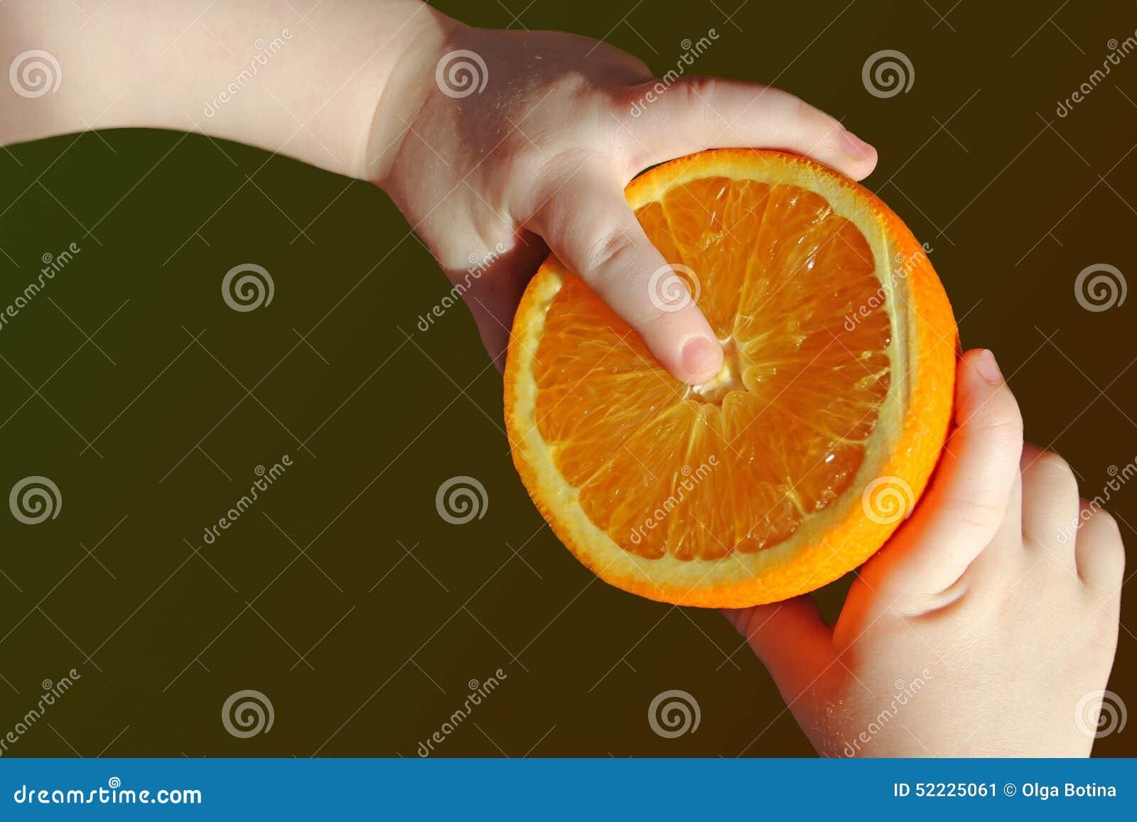 Przyrodnia pomarańcze w rękach dziecko