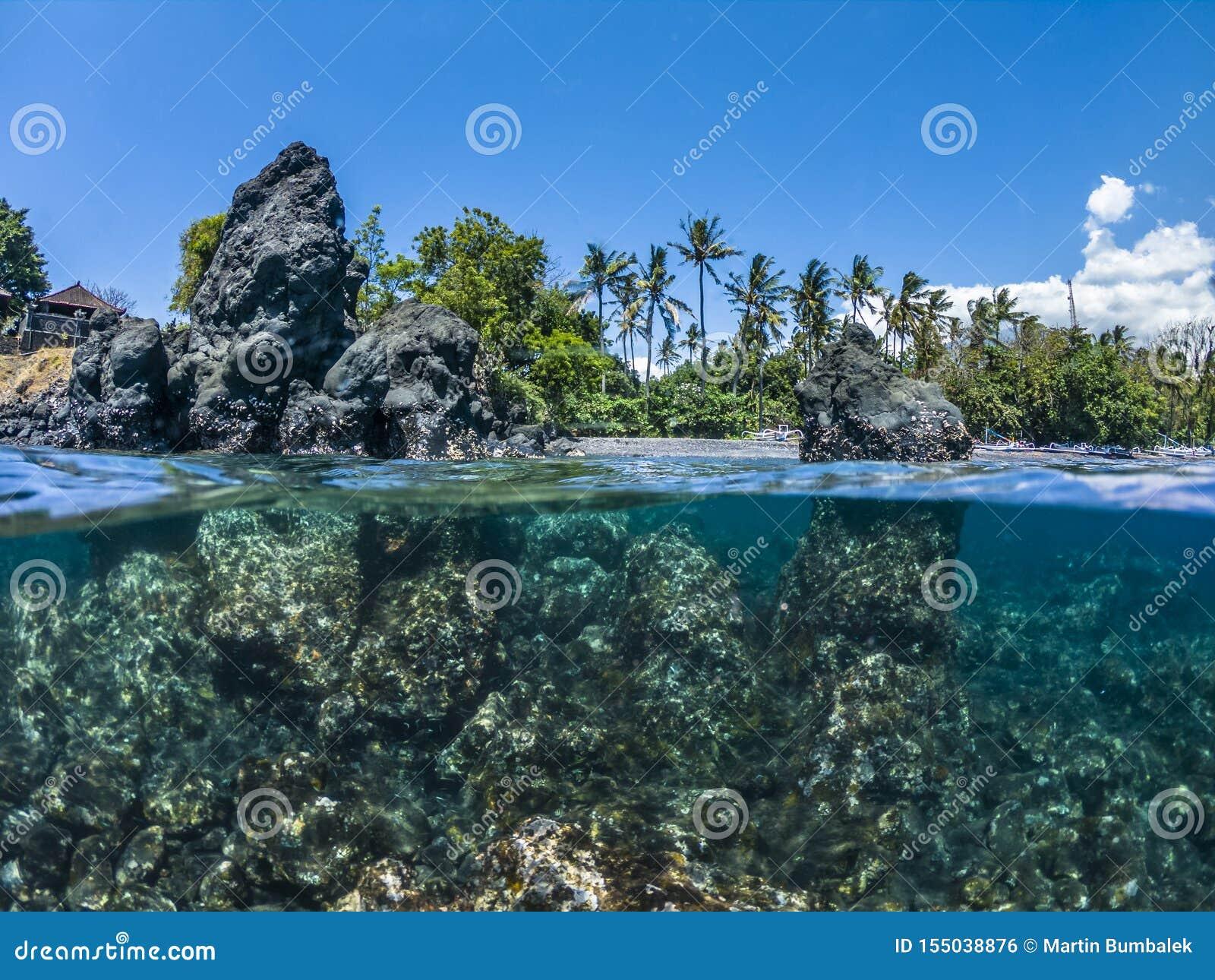 Przyrodnie podwodne skały w morzu