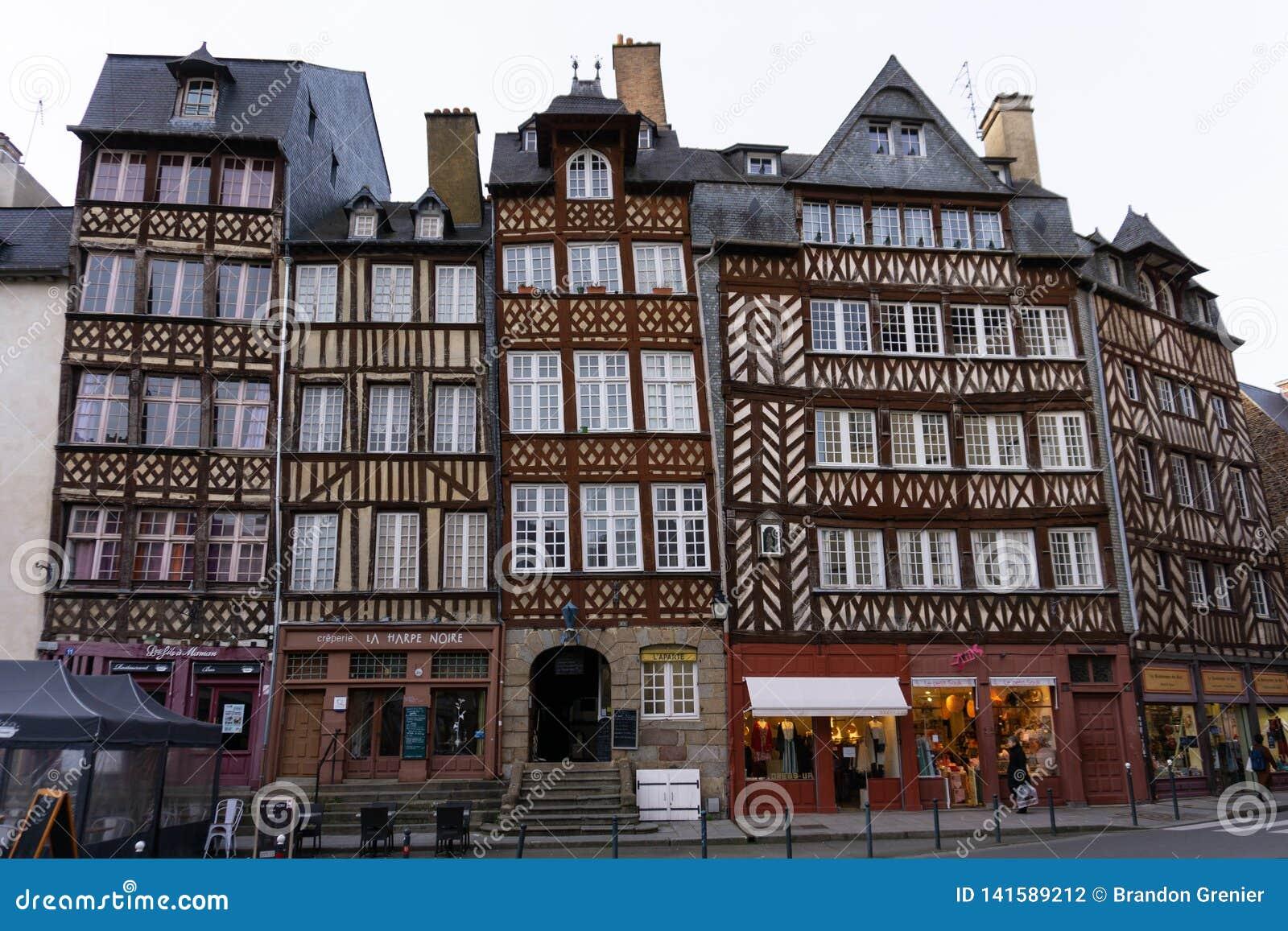 Przyrodniego szalunku starzy europejscy budynki w Rennes Francja przy kwadratowym Jacquet horyzontalnym
