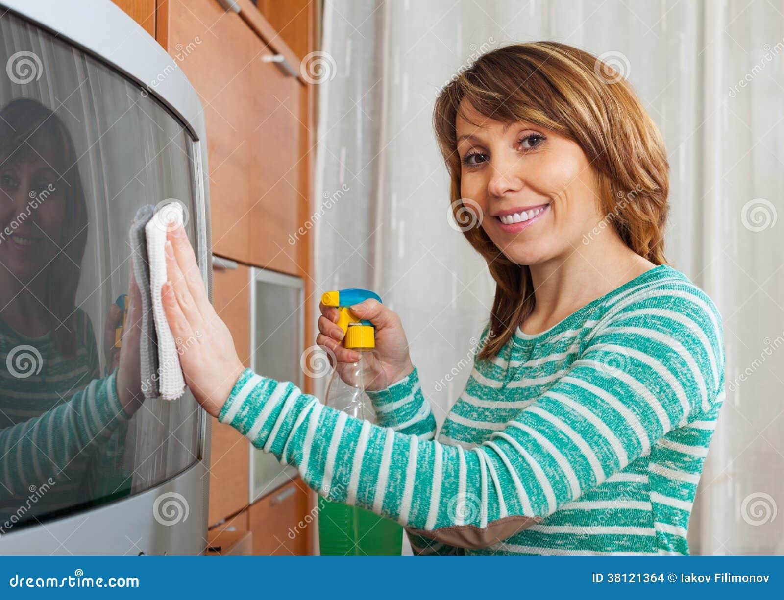 Przystojna kobieta czyści TV