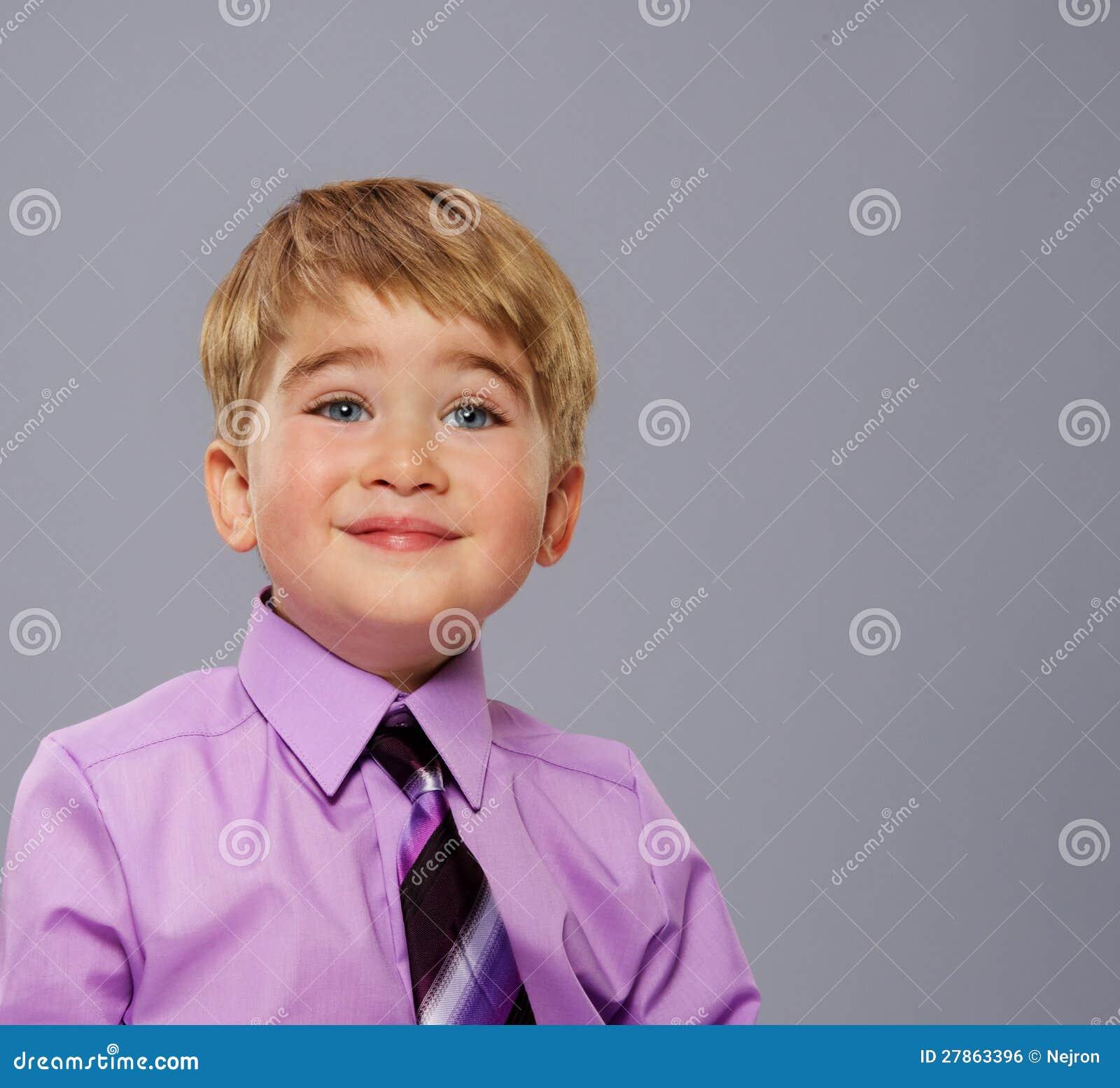 Przystojna mała chłopiec
