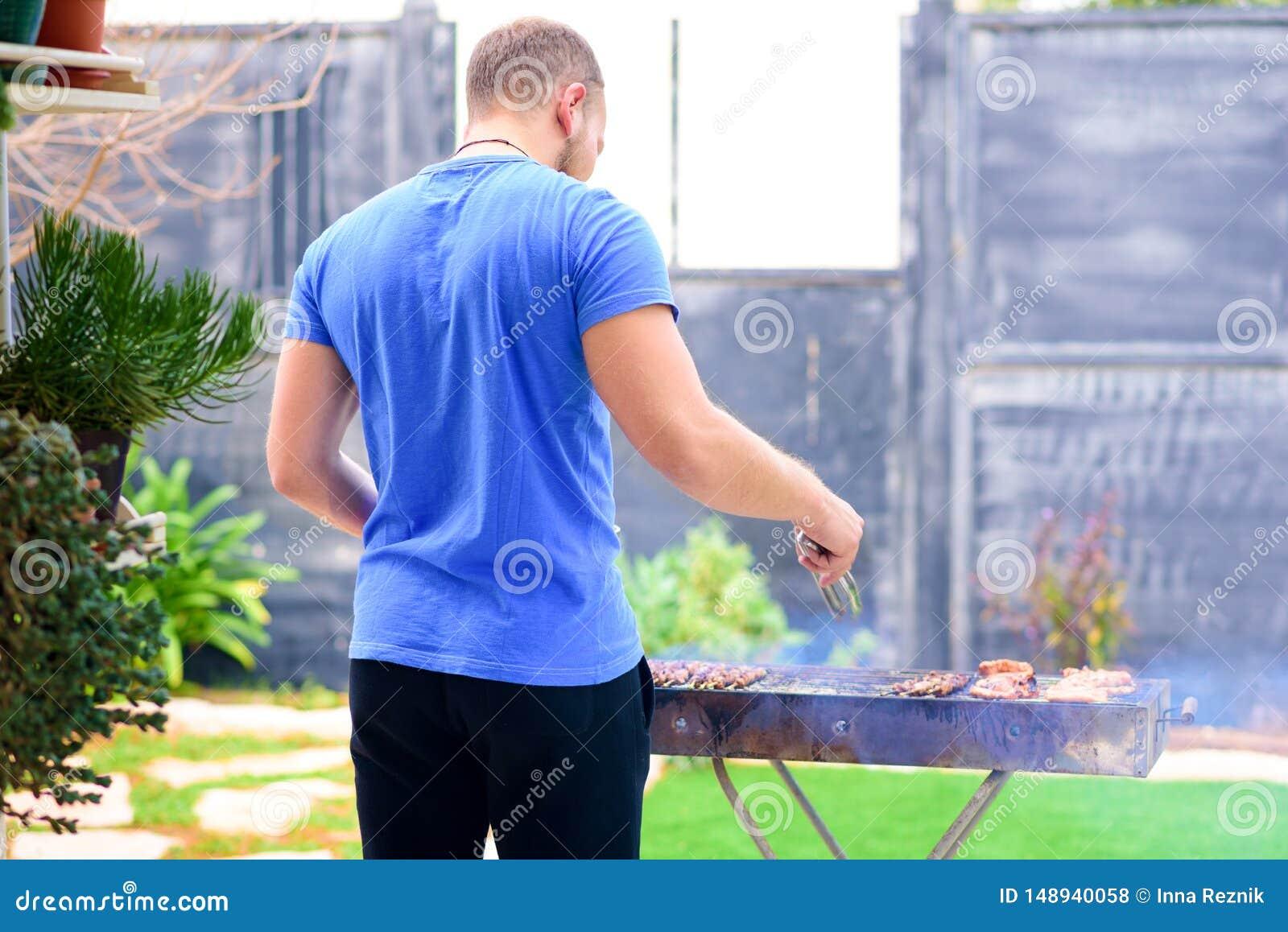 Przystojnego brutalnego brodatego m??czyzny kulinarny grill outdoors