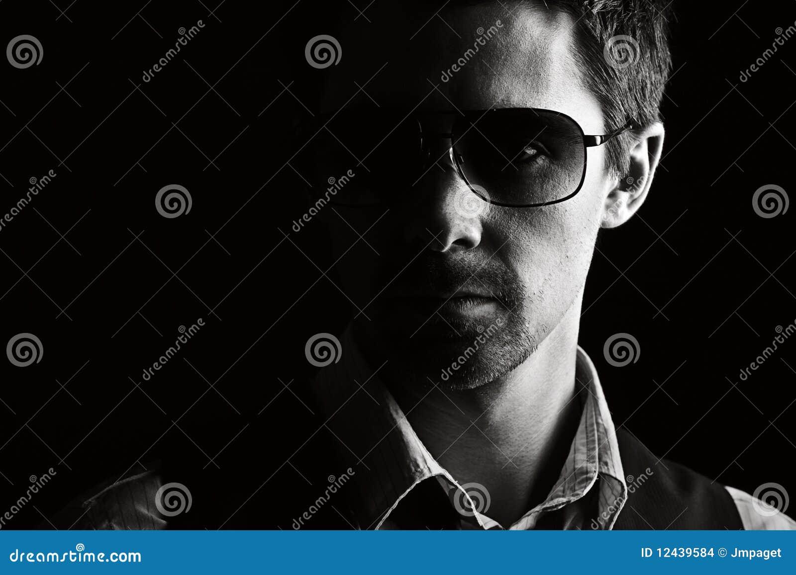 Przystojni męscy okulary przeciwsłoneczne