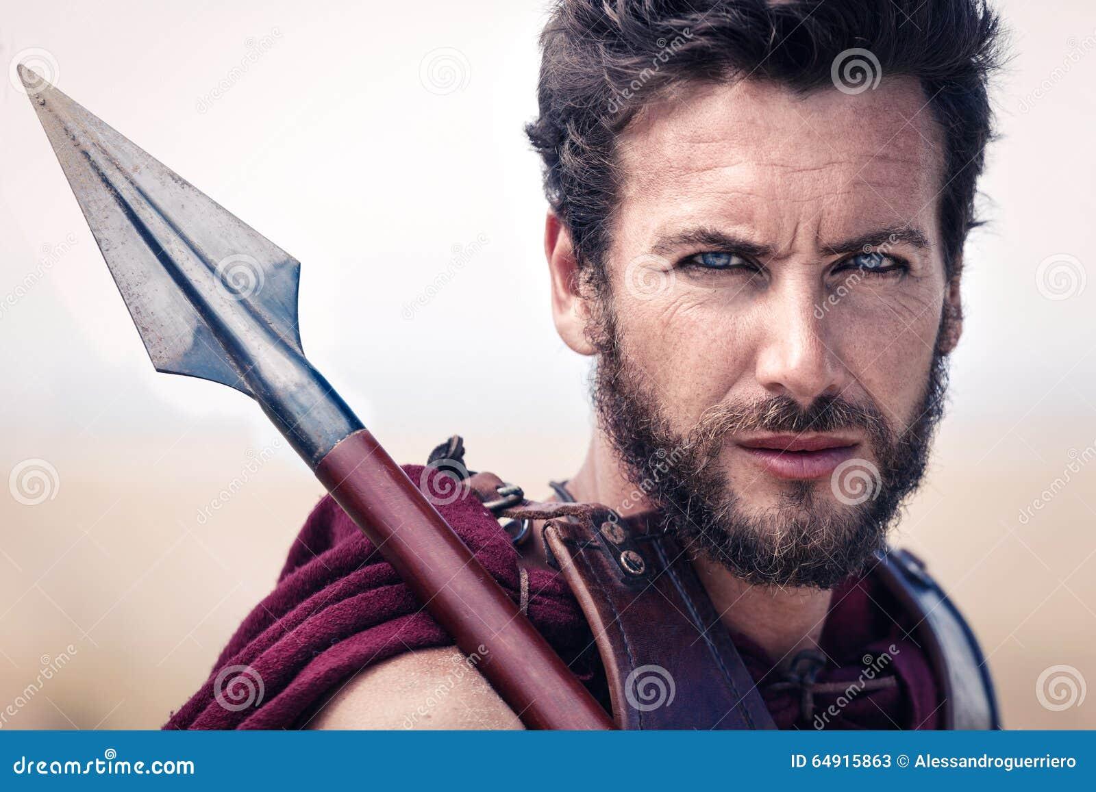 Przystojny antyczny wojownik w opancerzeniu