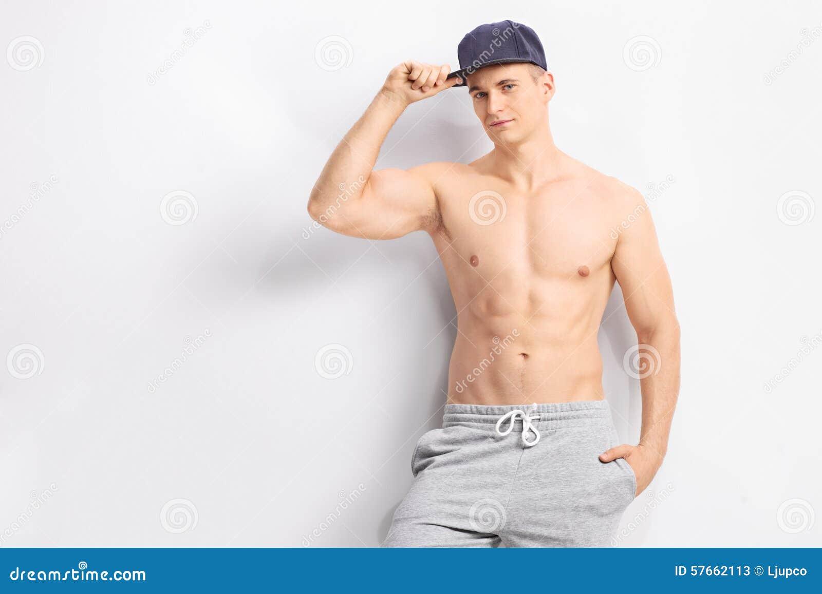 Przystojny bez koszuli mężczyzna z zmrokiem - błękitna nakrętka