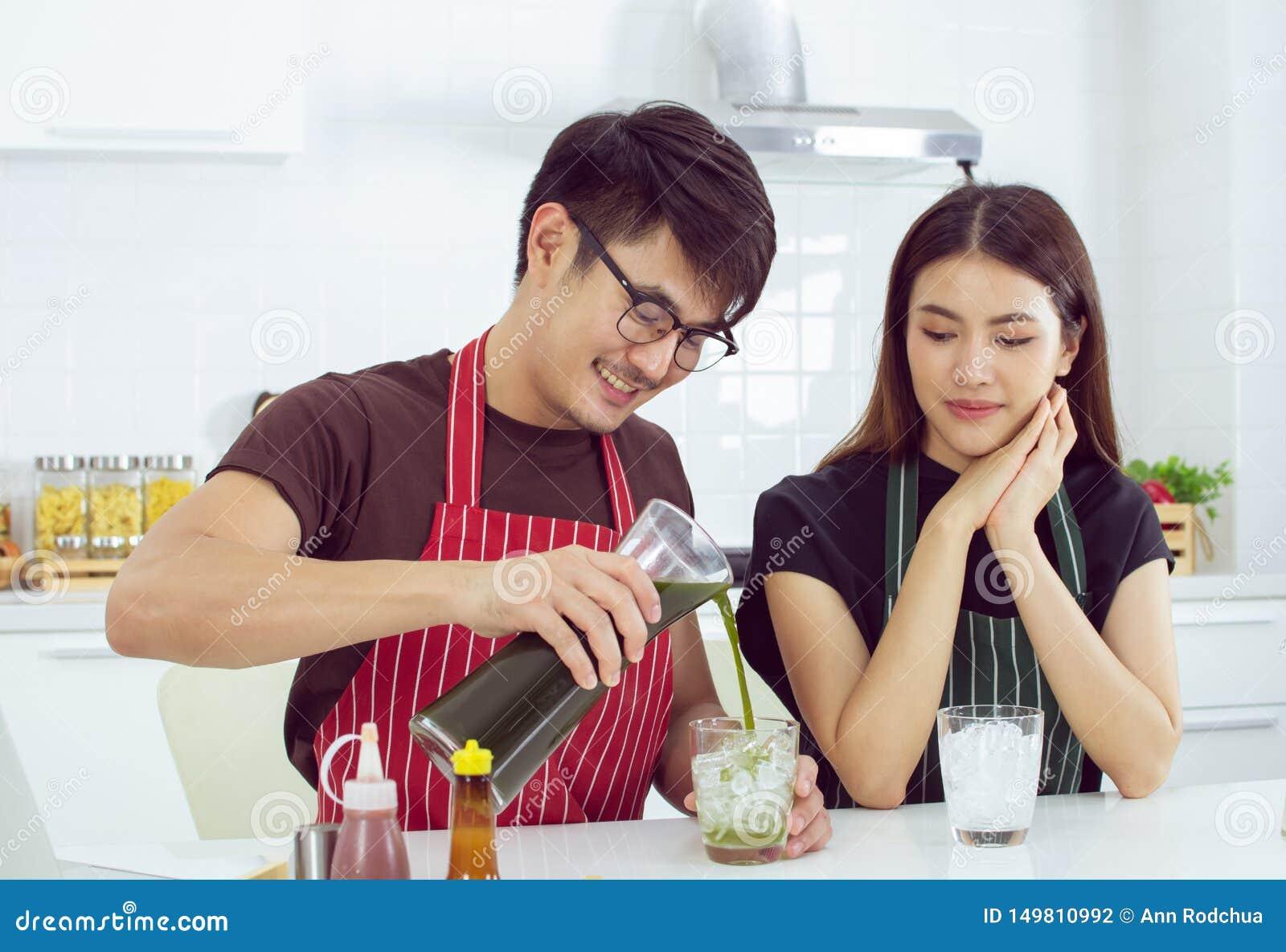 Przystojny bierze opiece jego ślicznej dziewczyny nalewać zielonej herbaty dla ona
