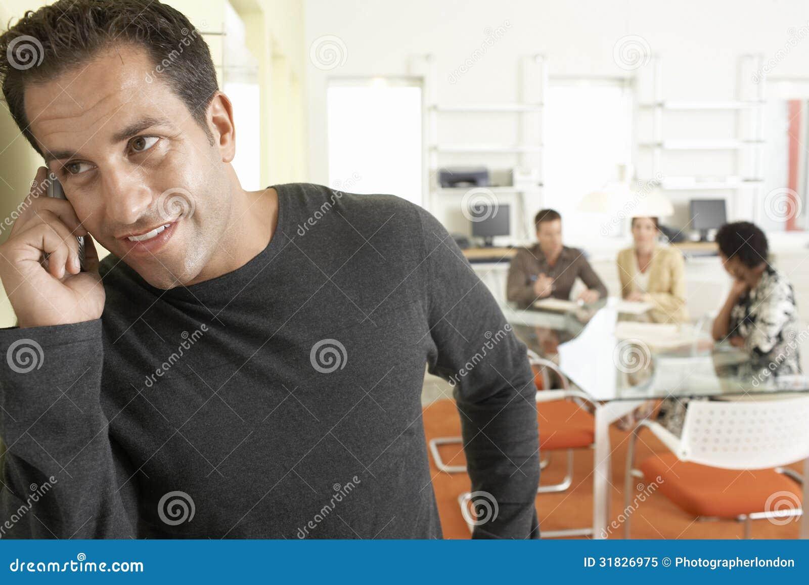 Przystojny biznesmen Używa telefon komórkowego W sala konferencyjnej