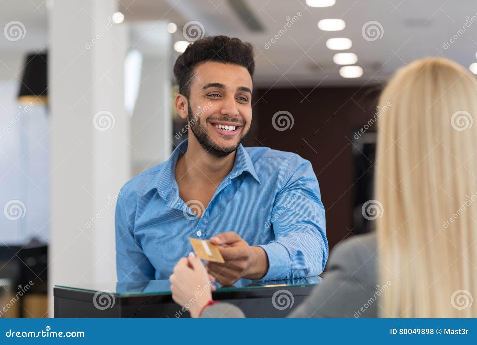Przystojny Biznesowego mężczyzna mody sklep, klient Daje Kredytowej karty zapłacie W sklepie detalicznym, kobiety porci klient