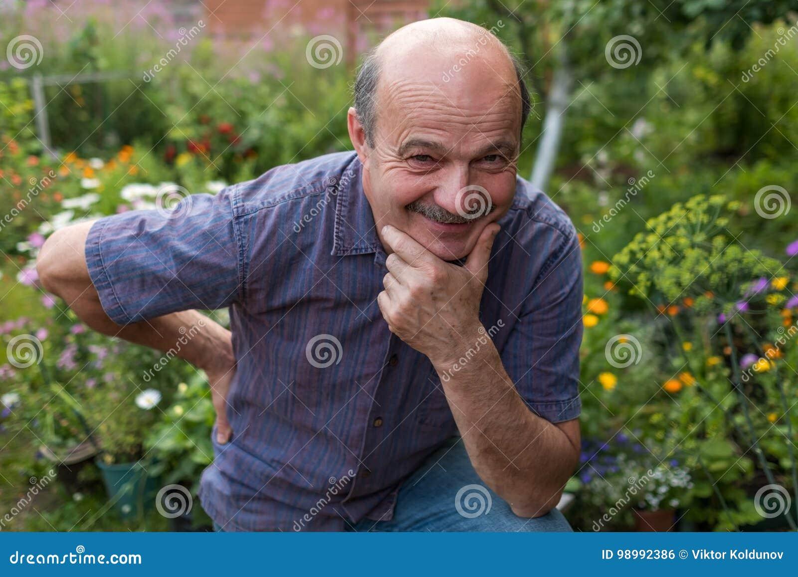 Przystojny caucasian dorośleć mężczyzna z wąsy
