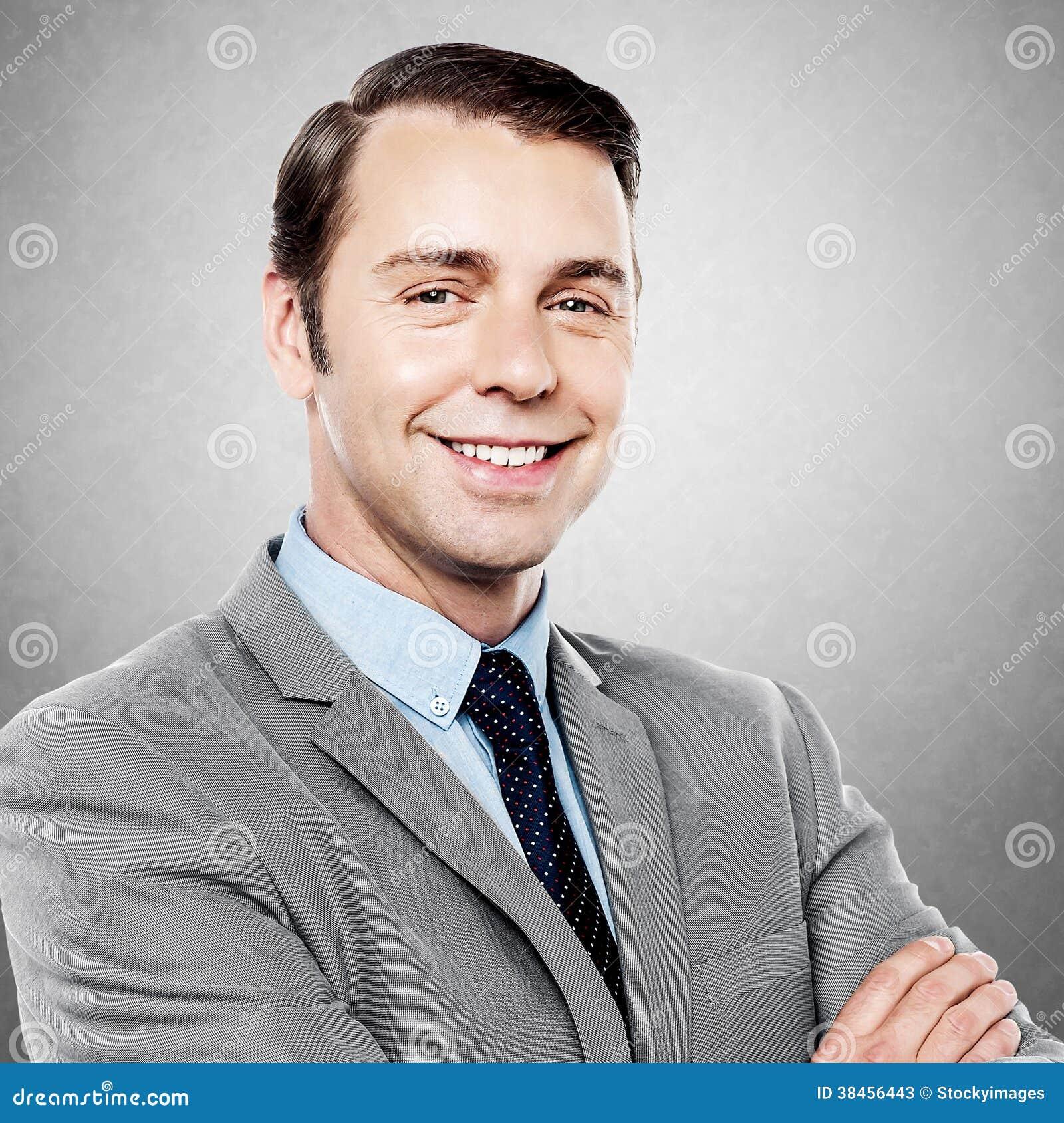 Przystojny dyrektor wykonawczy ono uśmiecha się przy kamerą