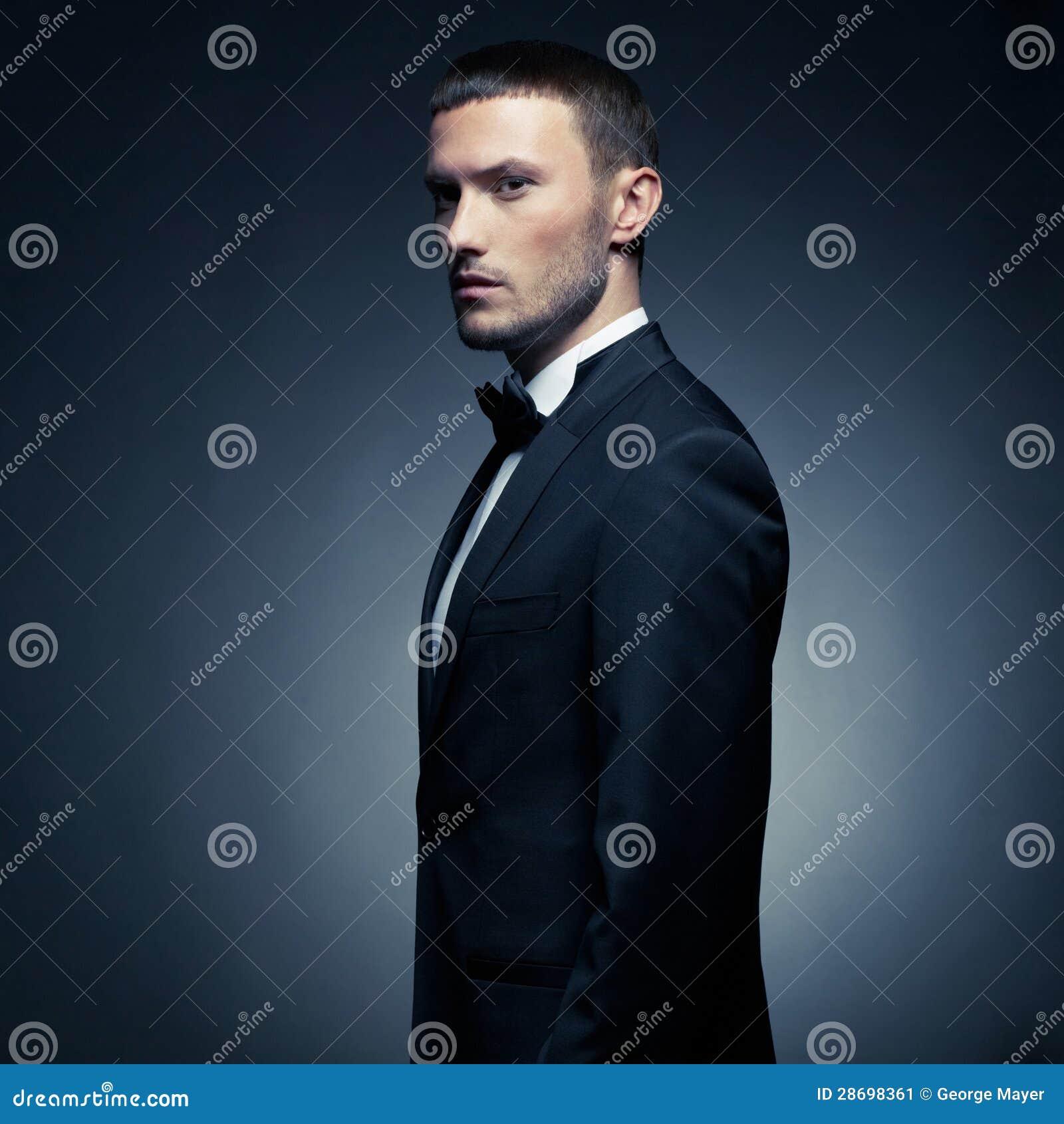 Przystojny elegancki mężczyzna
