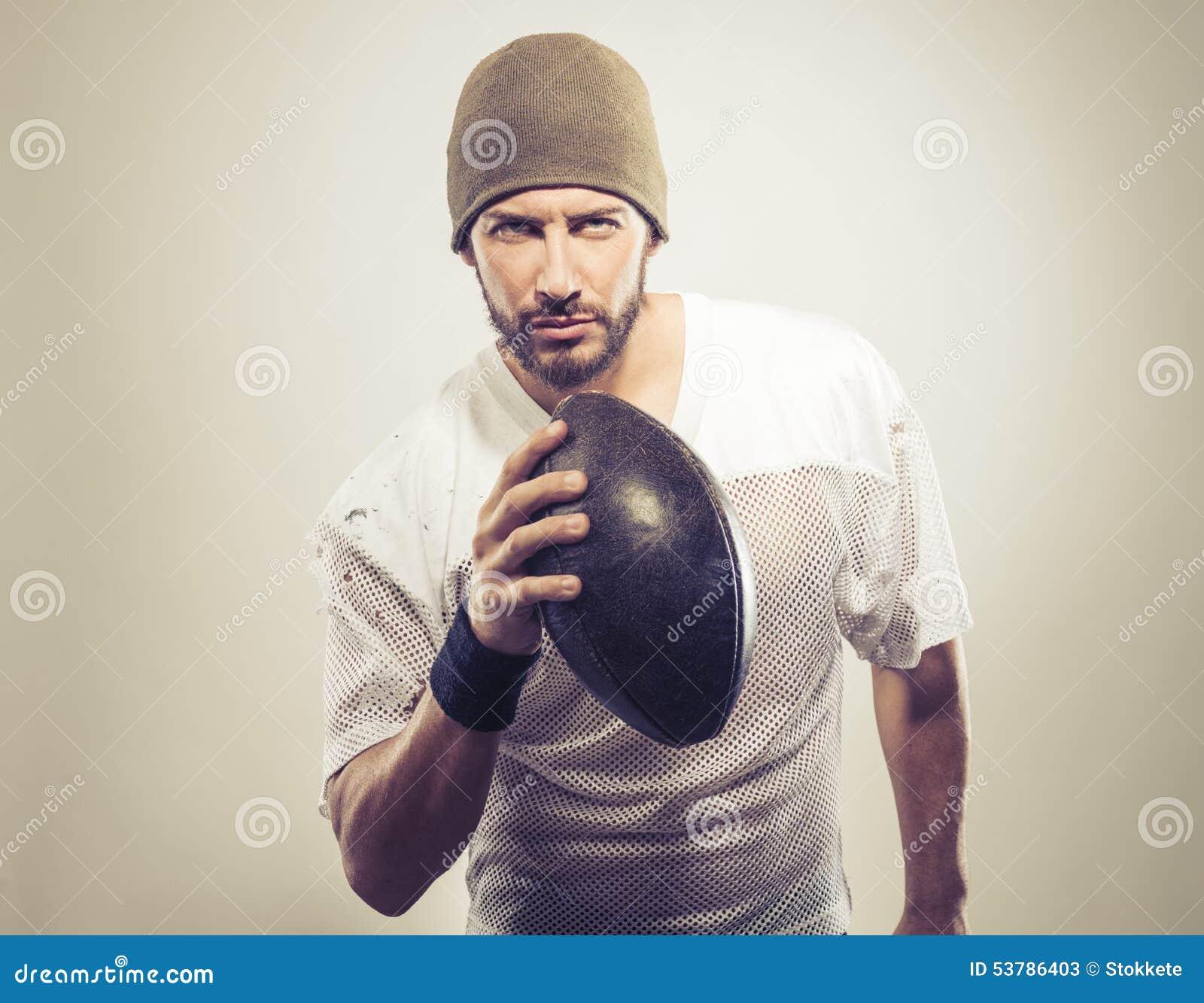 Przystojny gracz futbolu z piłką