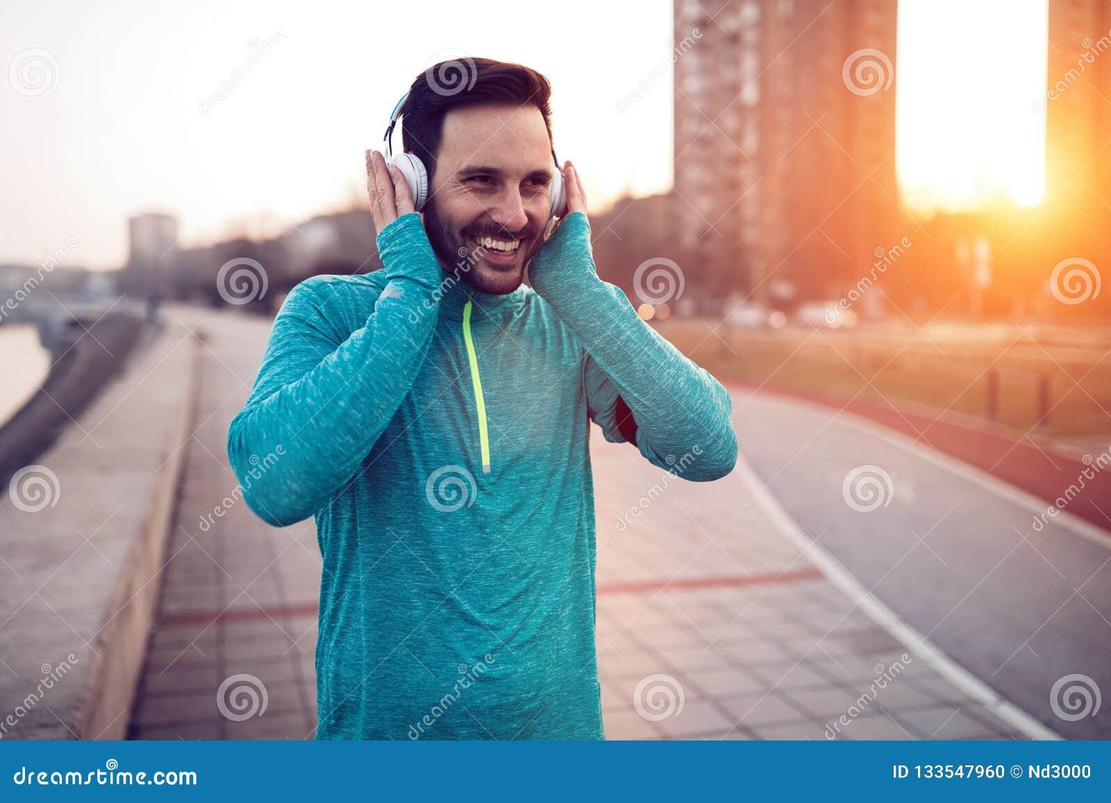 Przystojny jogger słucha muzyka