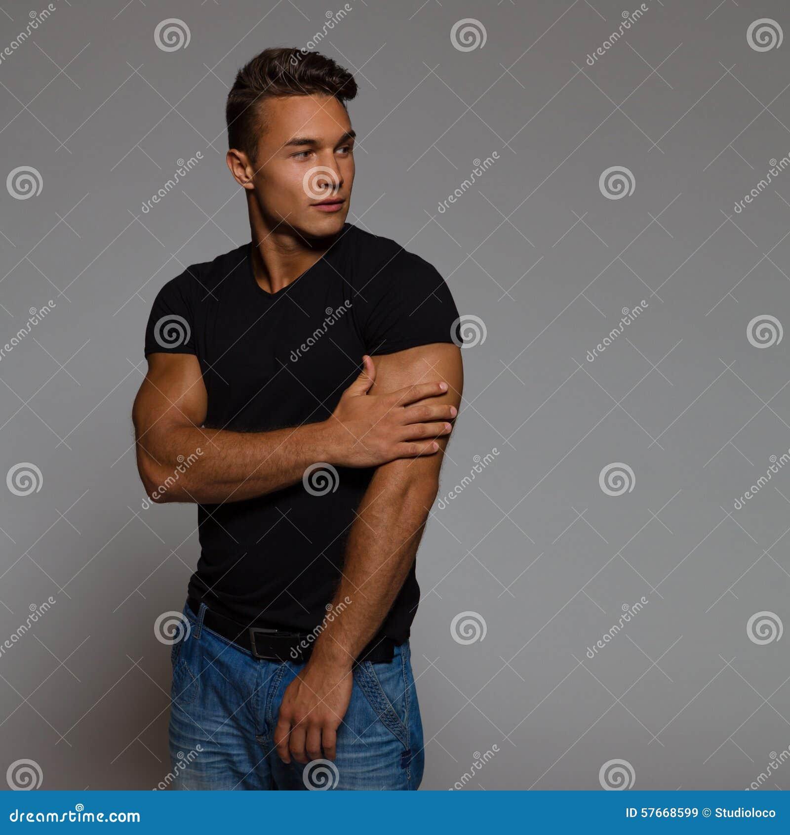 Przystojny mężczyzna czarnej koszuli