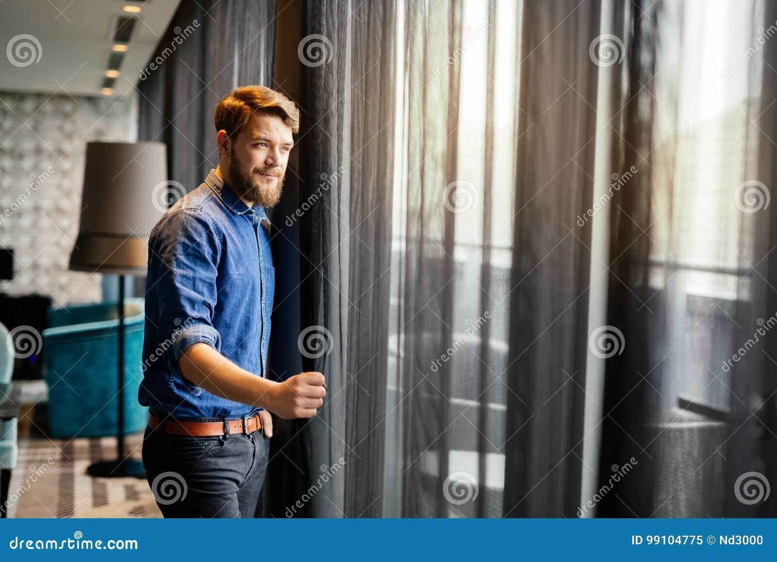 Przystojny mężczyzna patrzeje pejzaż miejskiego
