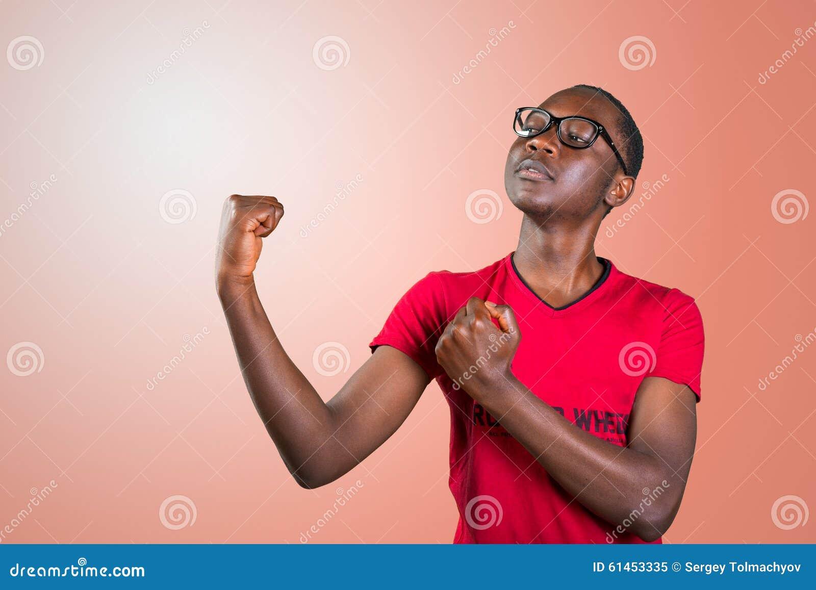 Przystojny młody amerykanina afrykańskiego pochodzenia mężczyzna, pokazuje daleko jego budowę ciała