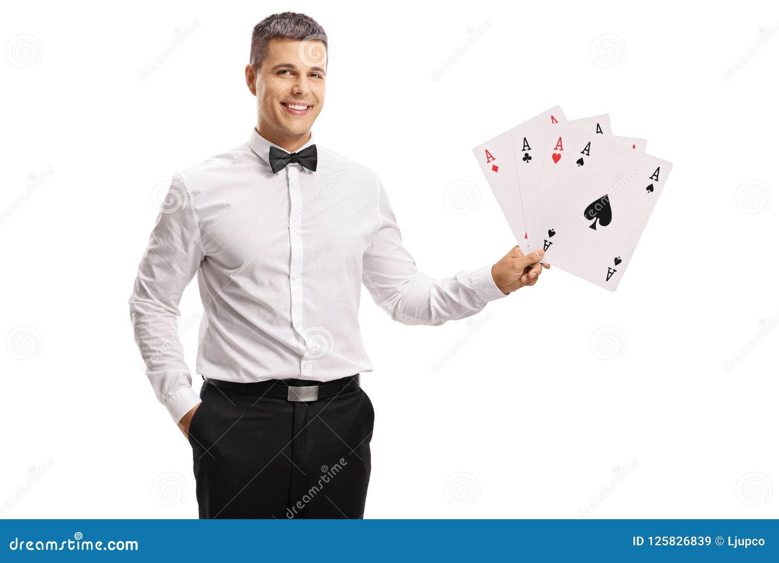 Przystojny młody człowiek w tux mienia karta do gry