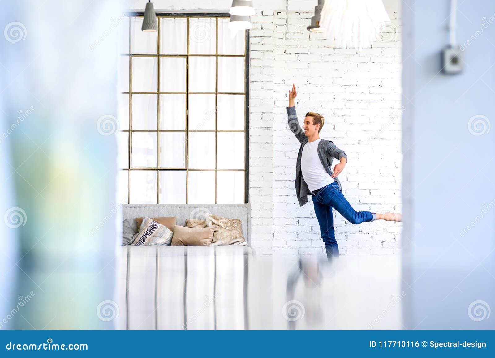 Przystojny młody męski Baletniczy tancerz ćwiczy w Loft stylu A