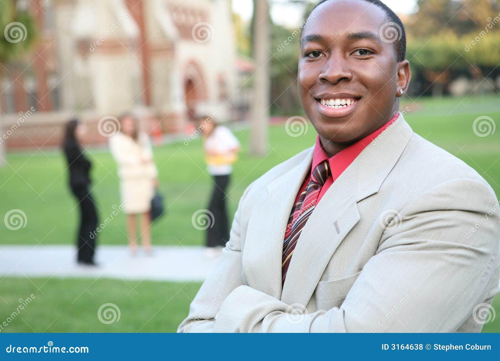 Przystojny nauczyciel kampusu