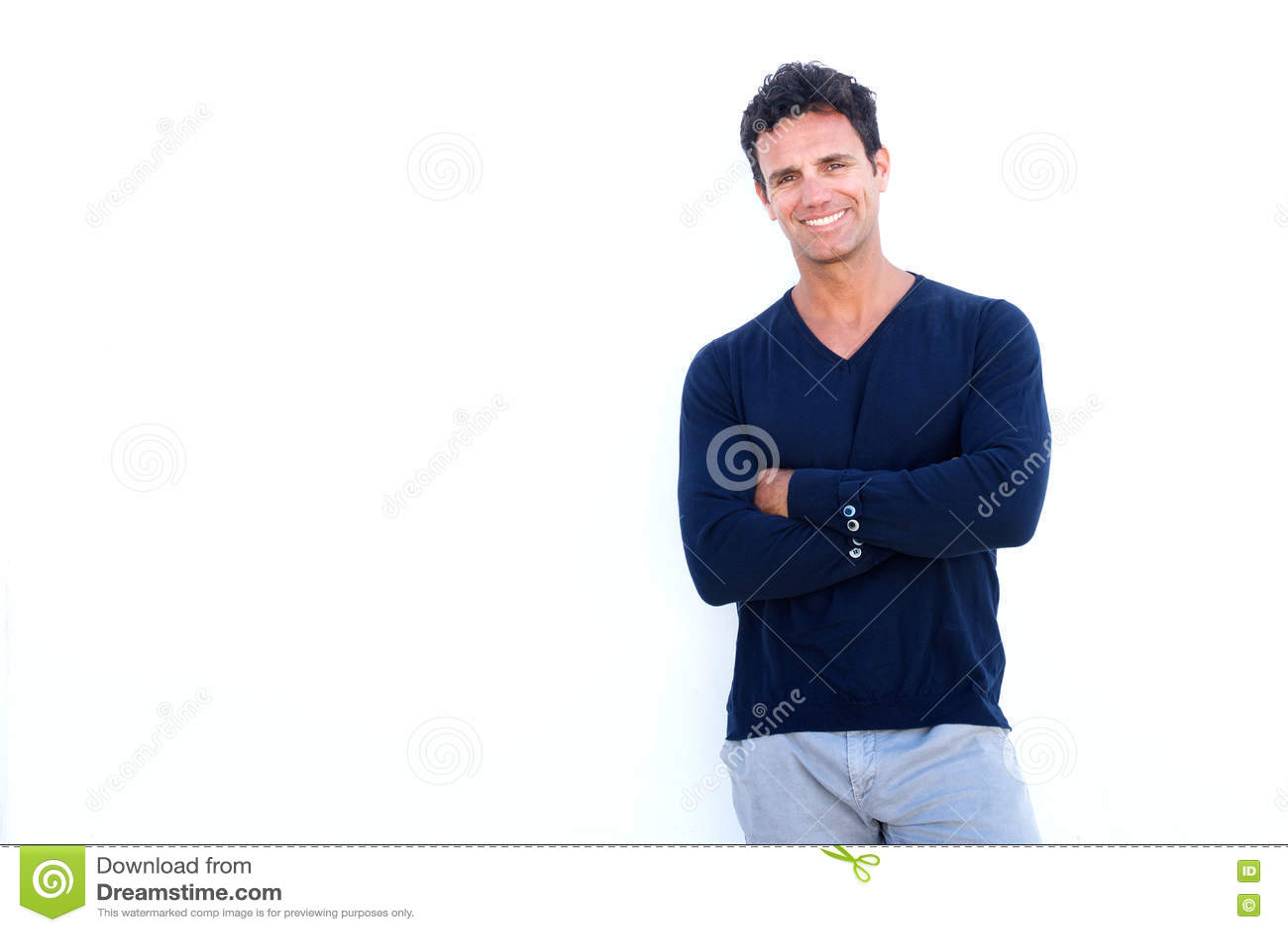 Przystojny niewygładzony mężczyzna ono uśmiecha się przeciw białemu tłu